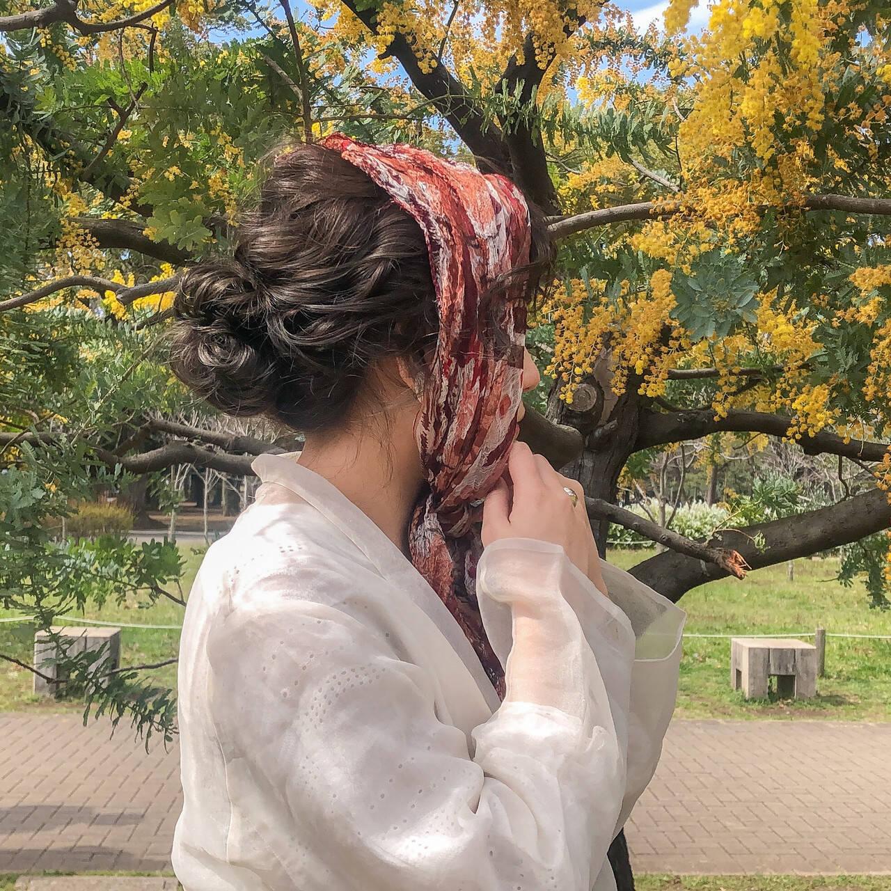 ゆるウェーブ お団子アレンジ 切りっぱなしボブ スカーフアレンジヘアスタイルや髪型の写真・画像