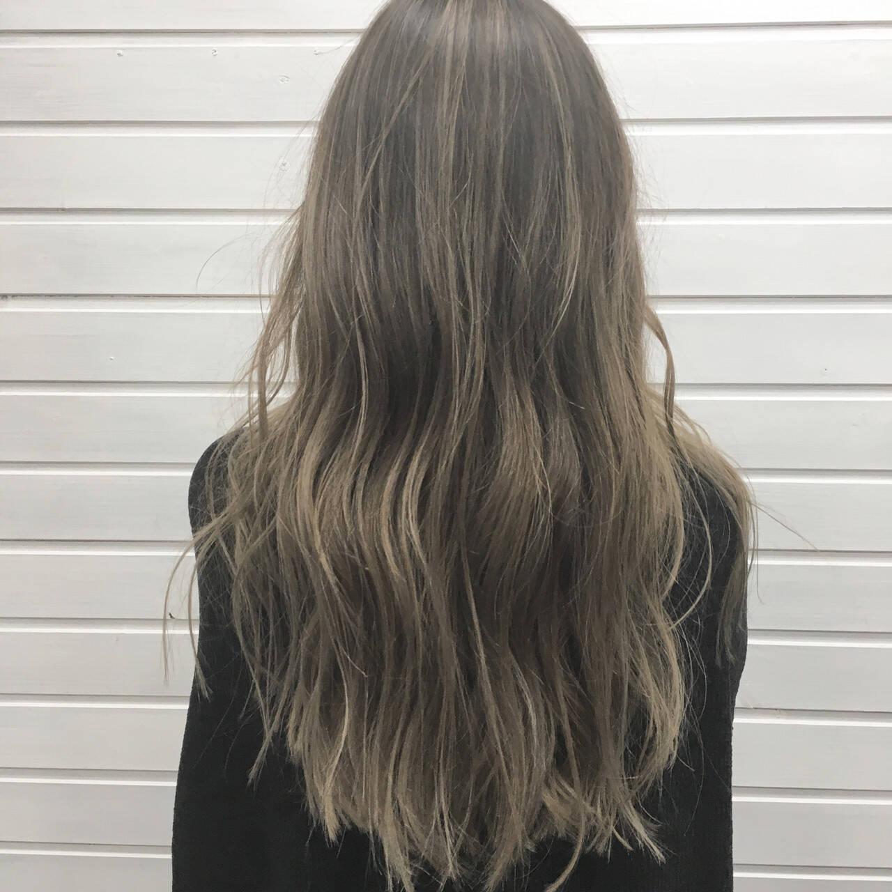 アッシュグレージュ エレガント バレイヤージュ ハイライトヘアスタイルや髪型の写真・画像