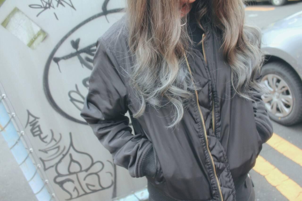ブルーアッシュ ホワイトアッシュ ロング ストリートヘアスタイルや髪型の写真・画像