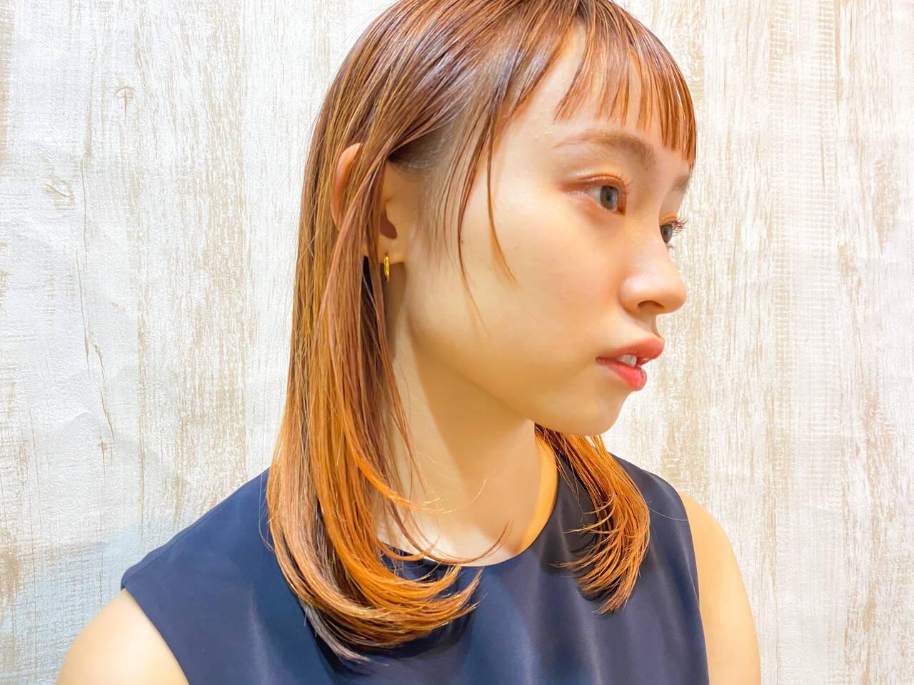 オレンジカラー ナチュラル ミディアムレイヤー インナーカラーヘアスタイルや髪型の写真・画像