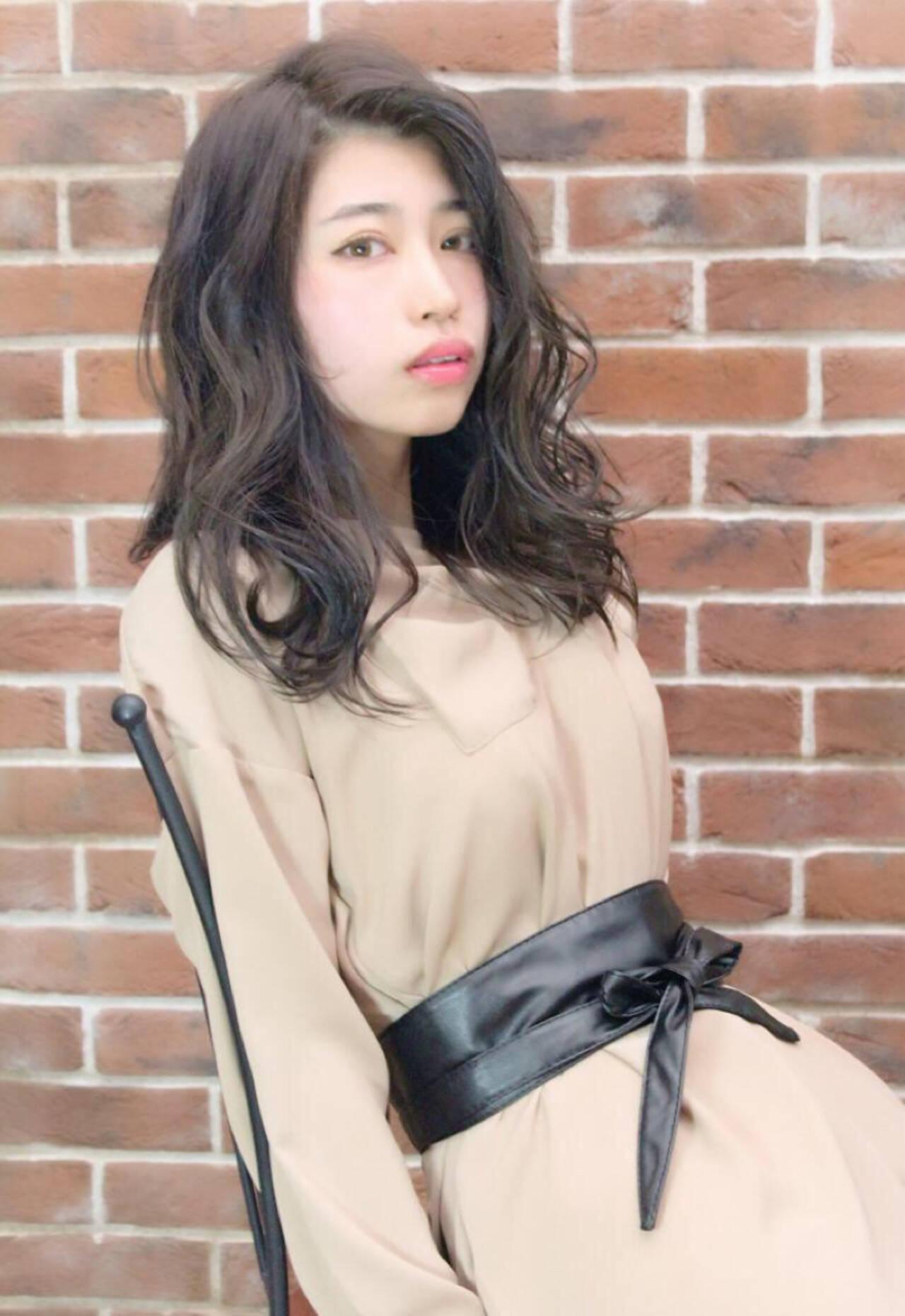 女子会 リラックス ウェーブ ナチュラルヘアスタイルや髪型の写真・画像