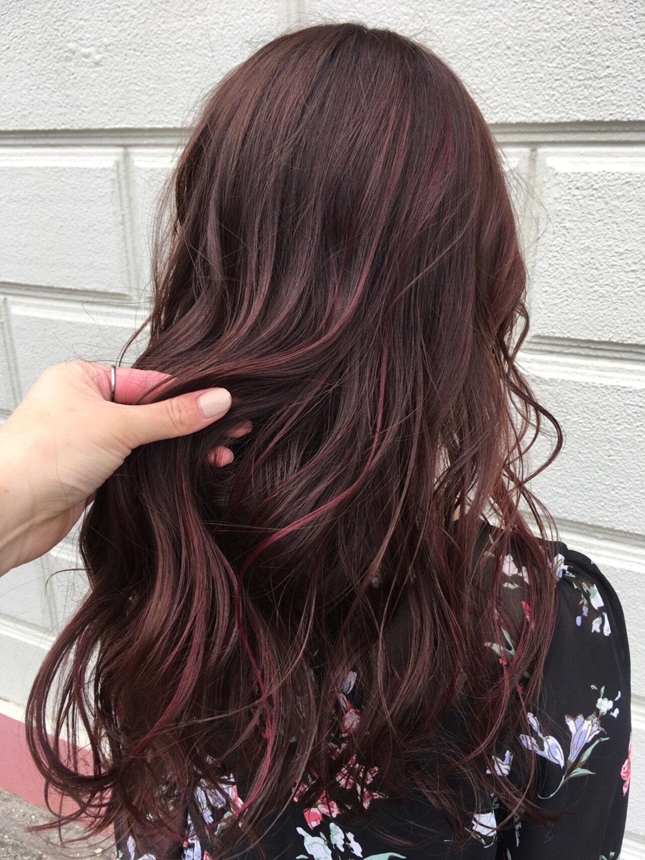 ローライト 巻き髪 ピンク ナチュラルヘアスタイルや髪型の写真・画像