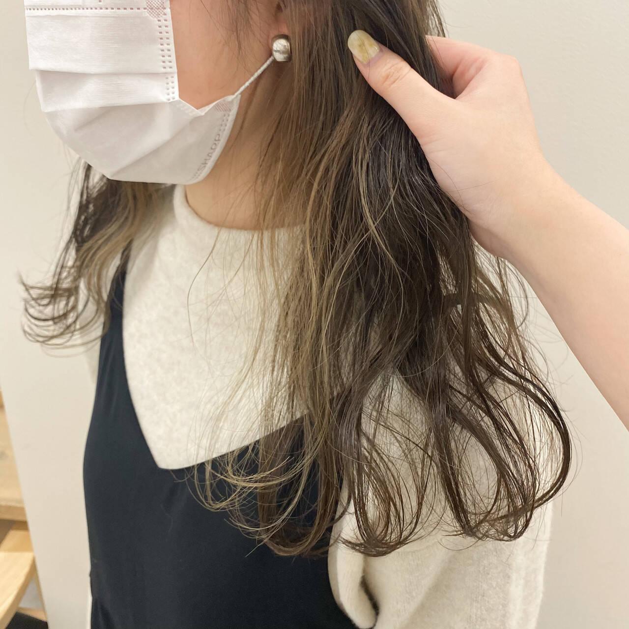 セミロング インナーカラー イヤリングカラー ナチュラルヘアスタイルや髪型の写真・画像