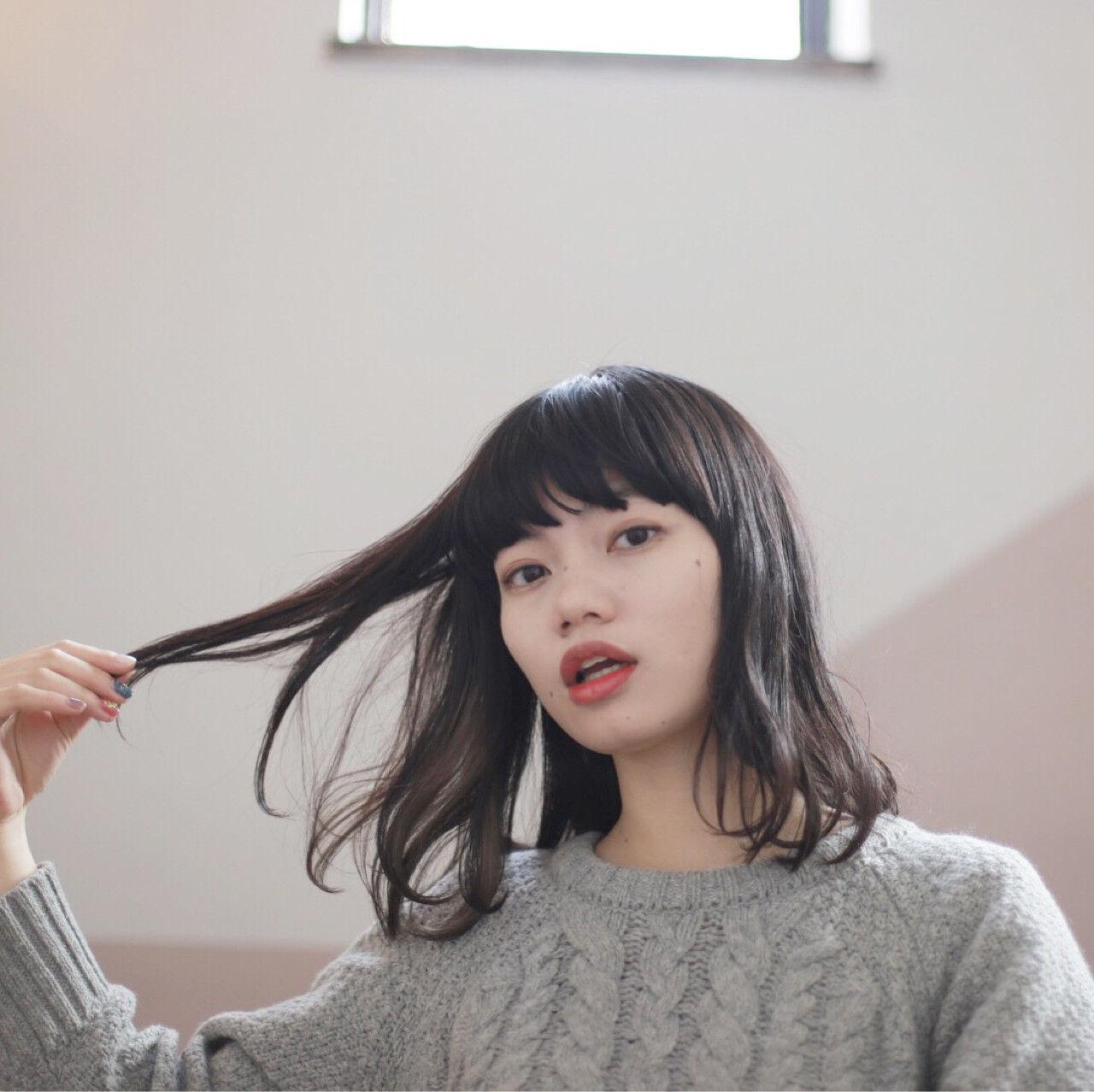 ナチュラル 黒髪 インナーカラー ワイドバングヘアスタイルや髪型の写真・画像