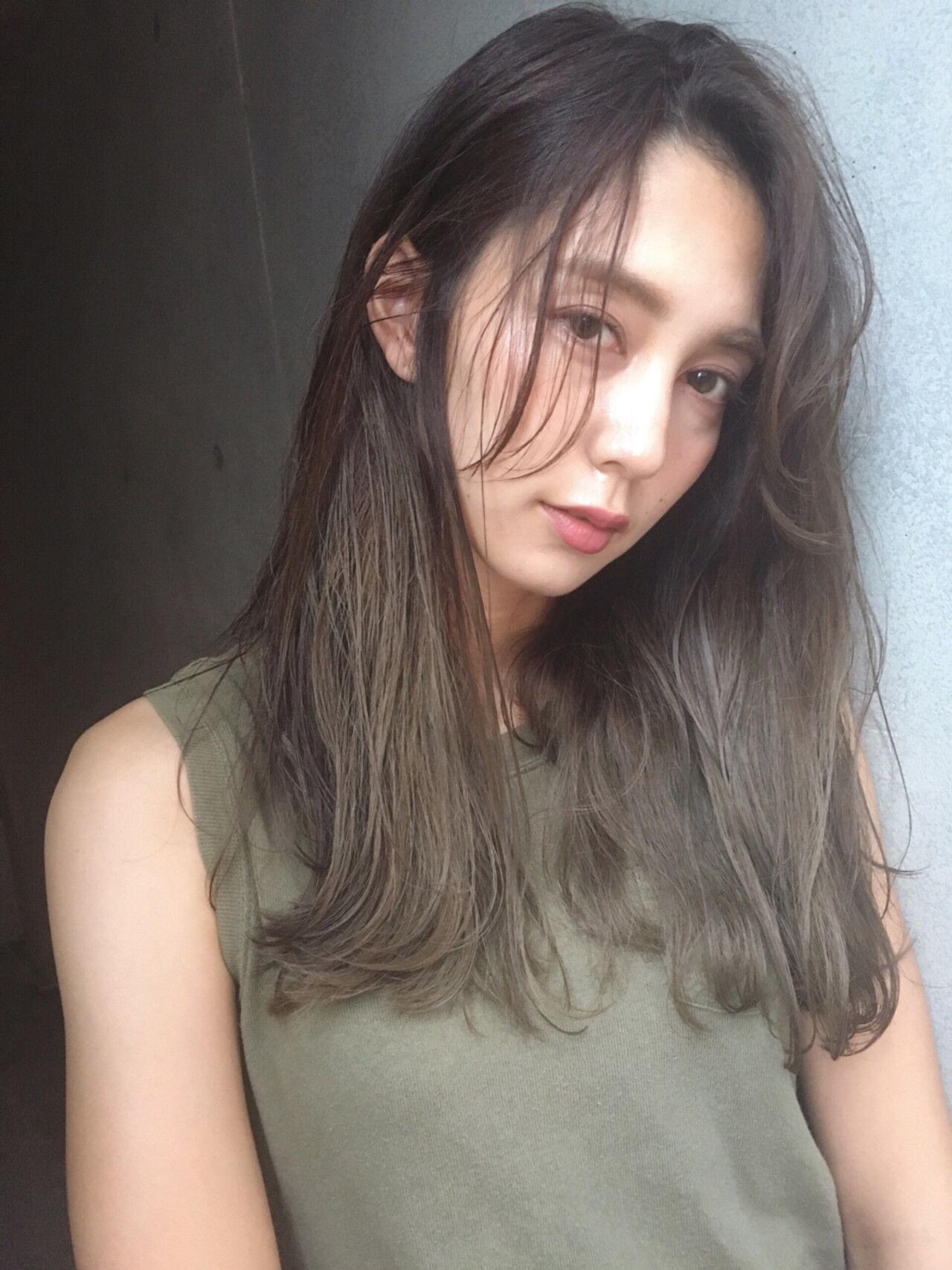 カーキアッシュ エフォートレス フェミニン オリーブアッシュヘアスタイルや髪型の写真・画像