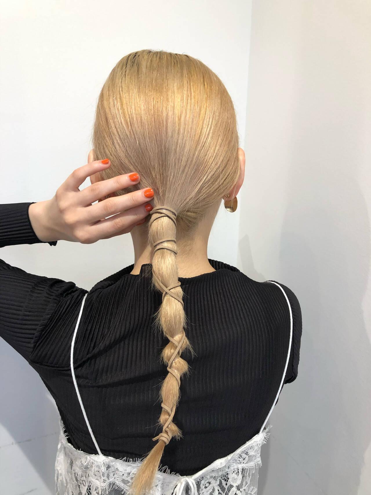 ロング ハイトーン 紐アレンジ ローポニーヘアスタイルや髪型の写真・画像