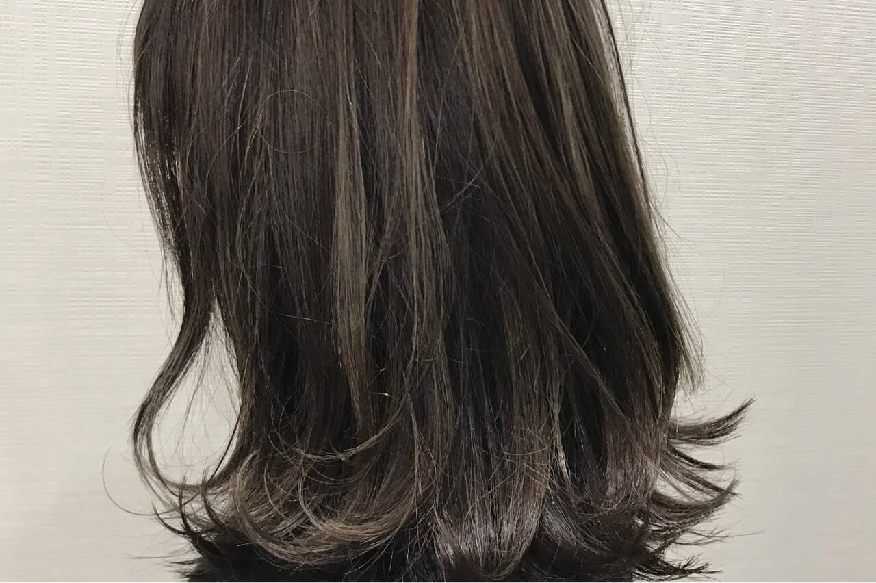 アッシュ ミディアム グレージュ ハイライトヘアスタイルや髪型の写真・画像