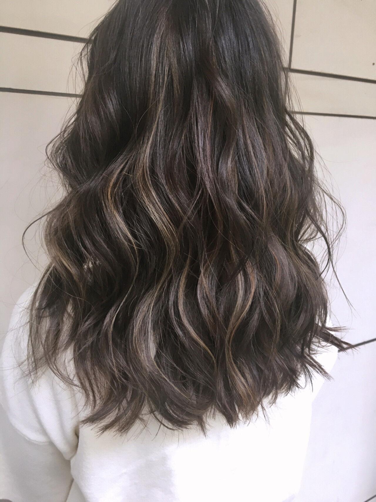 ハイライト グラデーションカラー セミロング ウェーブヘアスタイルや髪型の写真・画像