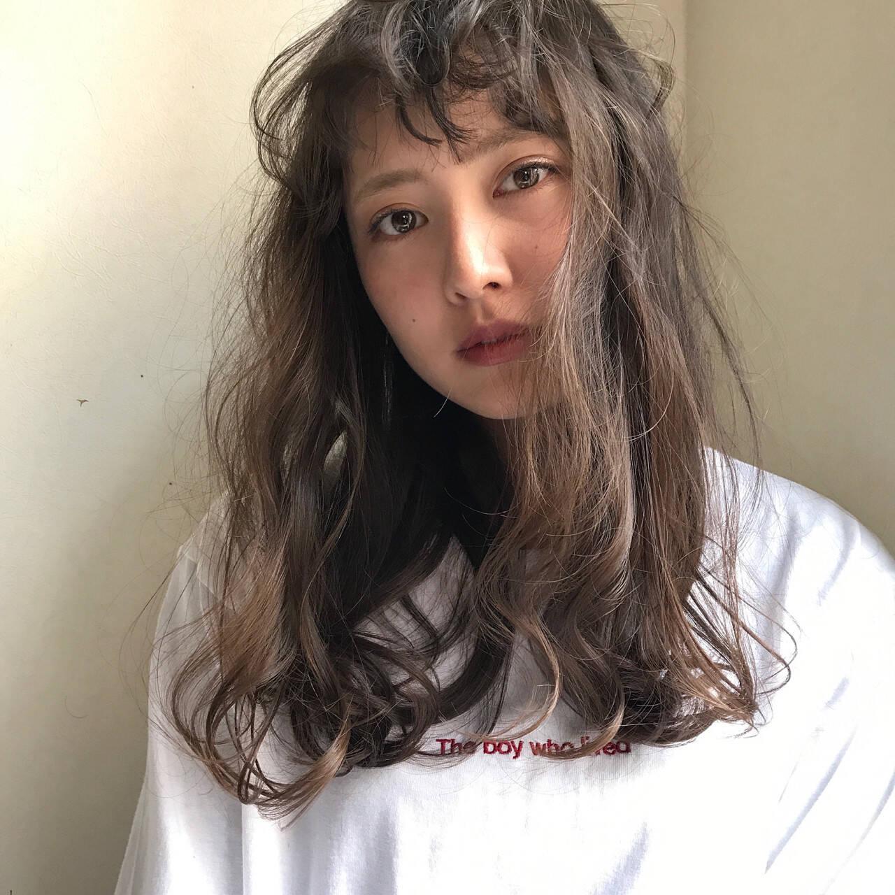 外国人風 パーマ ウェーブ ナチュラルヘアスタイルや髪型の写真・画像