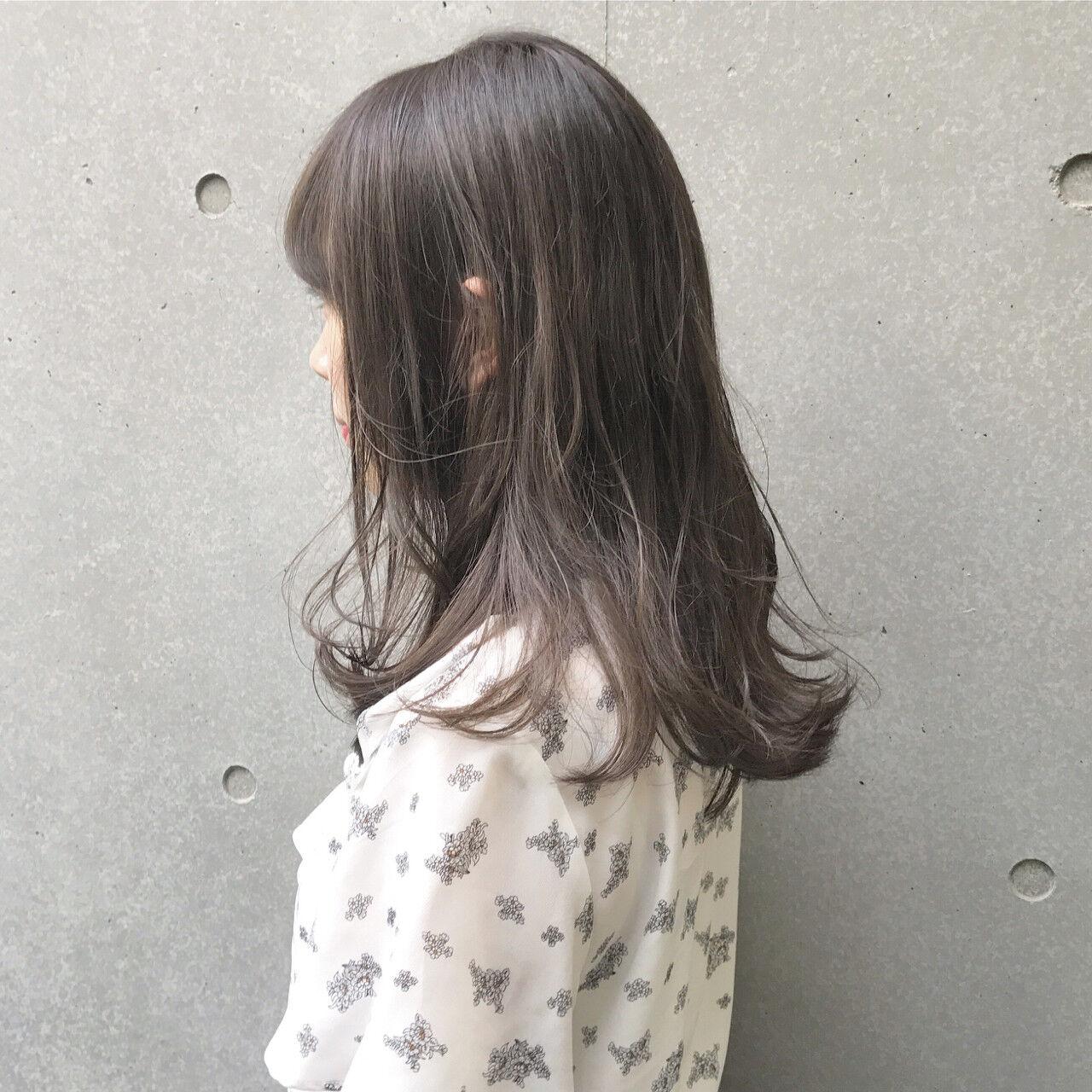 アッシュグレー ナチュラル グレージュ セミロングヘアスタイルや髪型の写真・画像