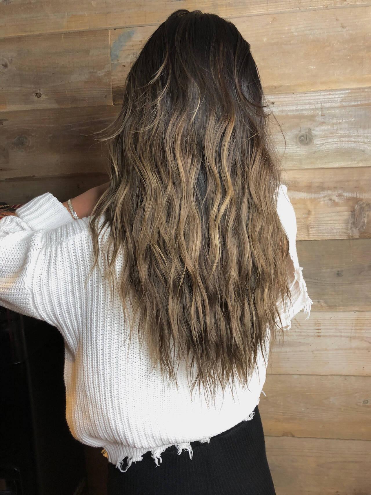 サーフスタイル グラデーションカラー ストリート ロングヘアスタイルや髪型の写真・画像