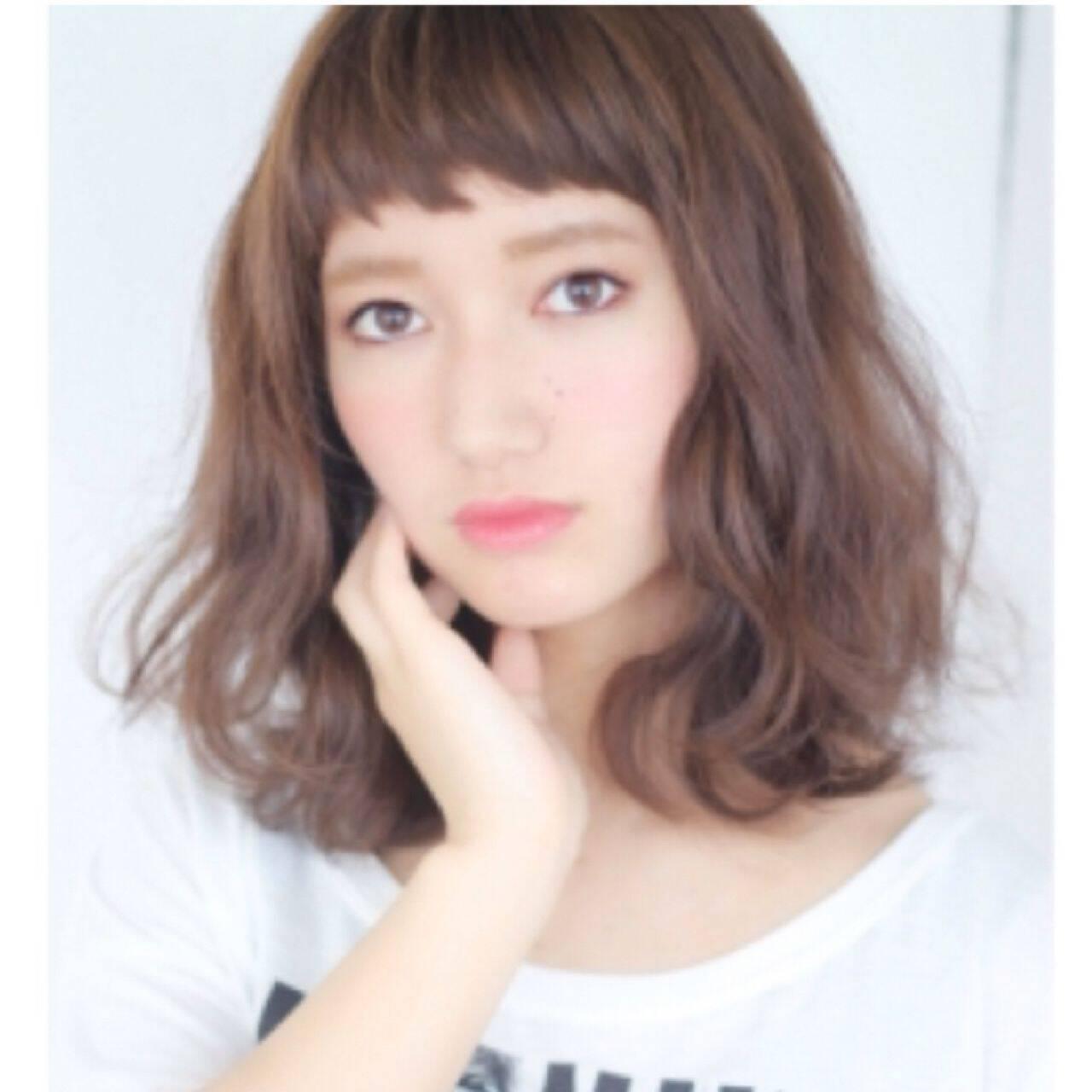 ミディアム モード オン眉 ガーリーヘアスタイルや髪型の写真・画像