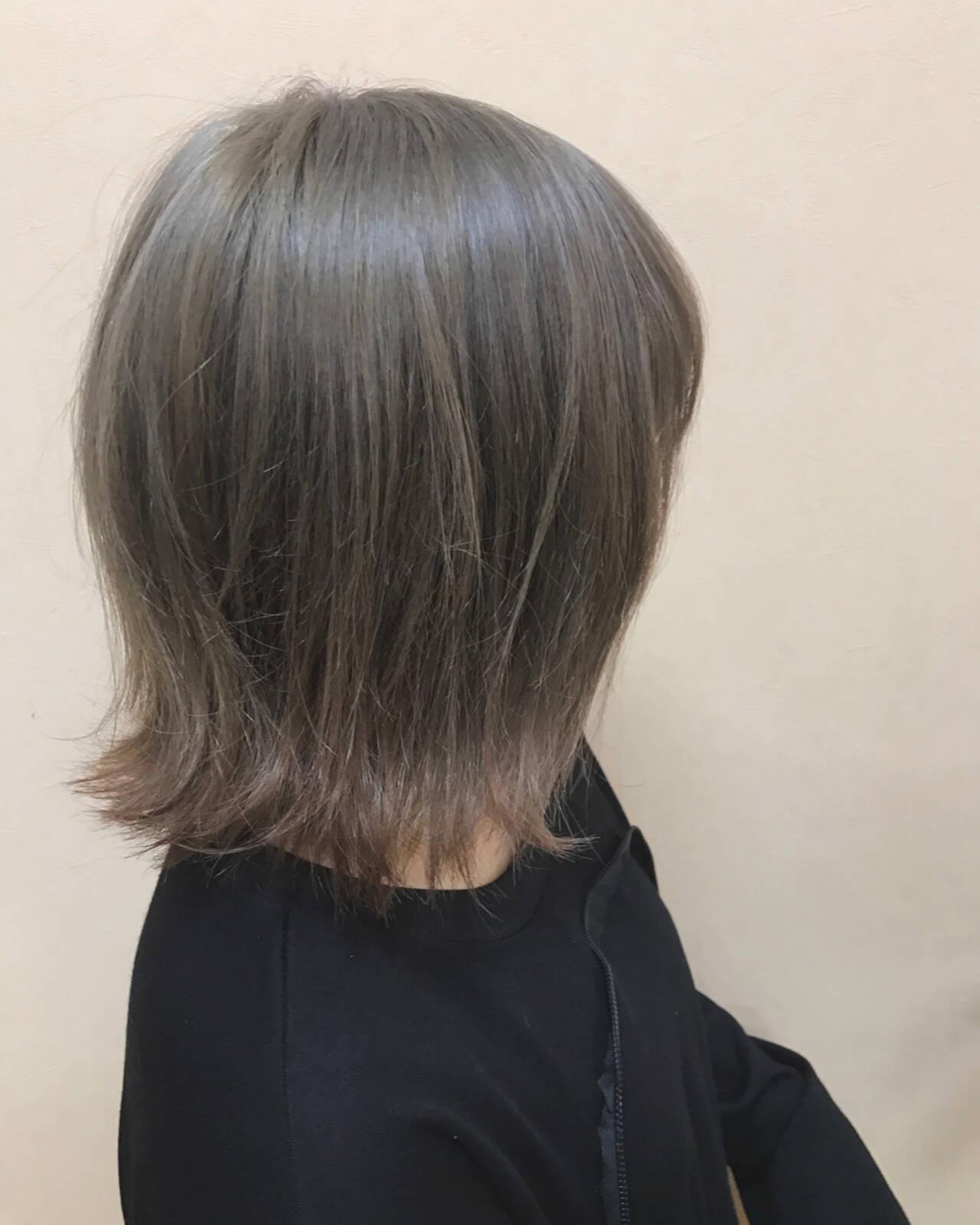 アッシュ ショート ハイトーン 外ハネヘアスタイルや髪型の写真・画像