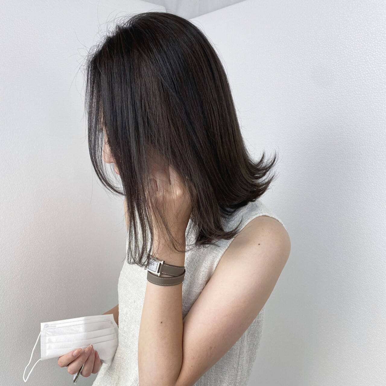 アッシュ ミディアム 切りっぱなしボブ 透明感カラーヘアスタイルや髪型の写真・画像