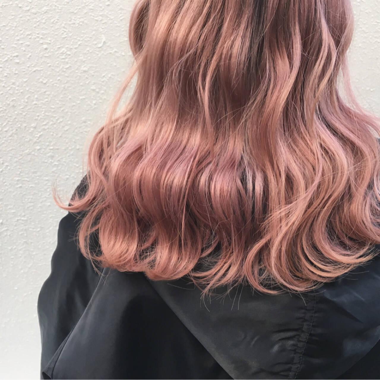 ハイトーン ロング ベージュ 波ウェーブヘアスタイルや髪型の写真・画像