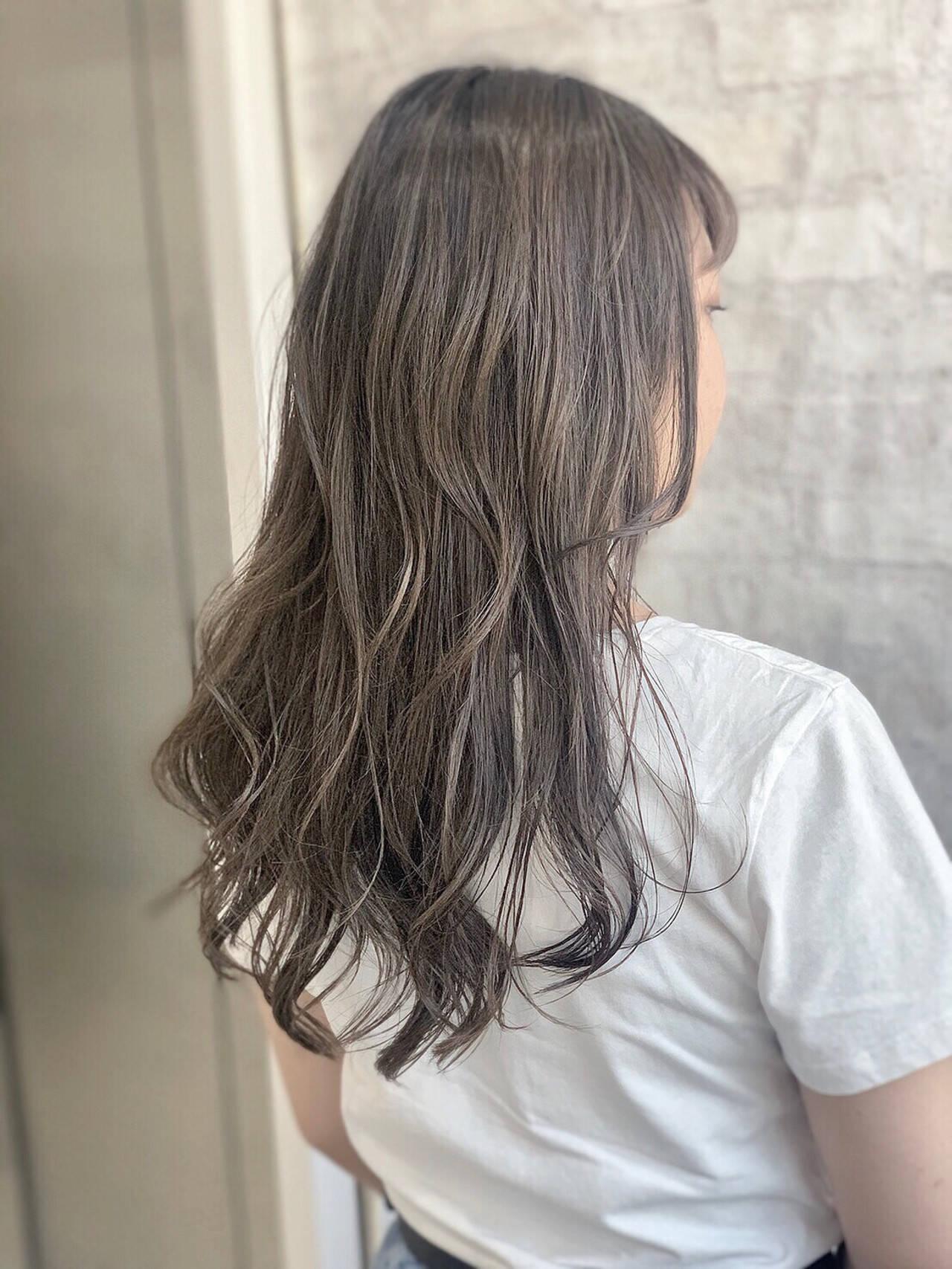 ミルクティーグレージュ ロング ナチュラル アッシュグレーヘアスタイルや髪型の写真・画像