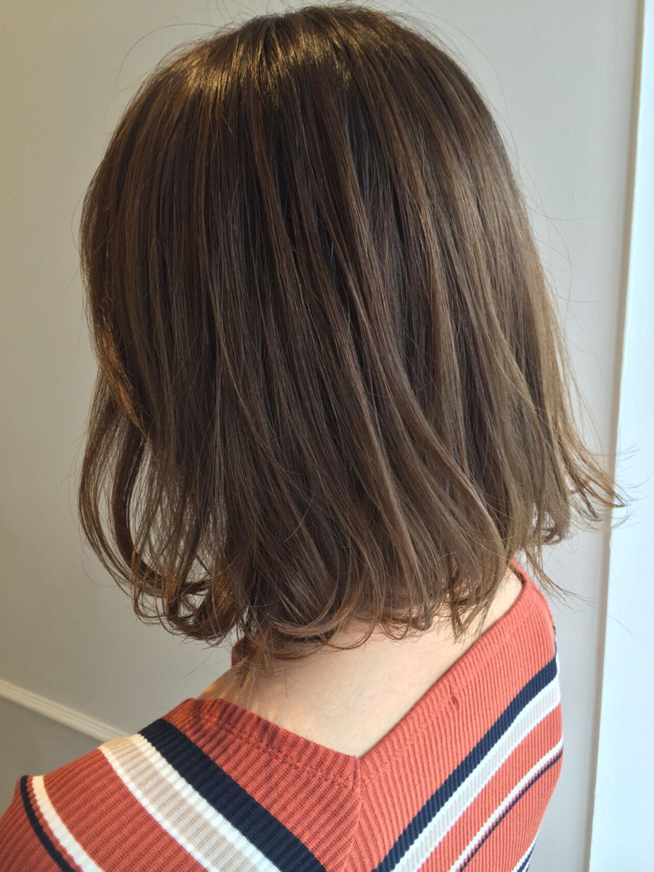 ボブ ミディアム オリーブアッシュ 外ハネヘアスタイルや髪型の写真・画像