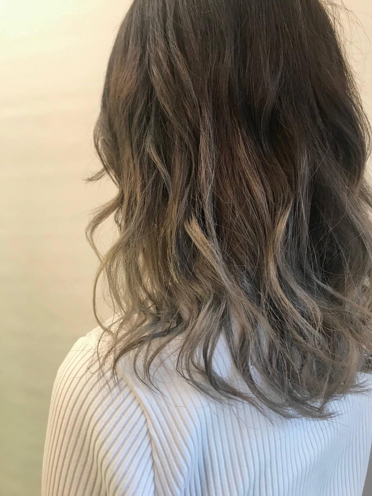 スモーキーアッシュ ホワイトシルバー 透明感カラー セミロングヘアスタイルや髪型の写真・画像