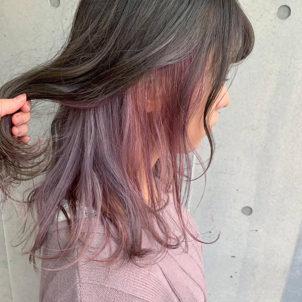 ダブルカラー インナーカラー セミロング インナーカラーパープルヘアスタイルや髪型の写真・画像