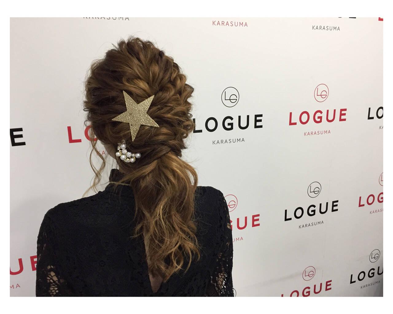 ローポニーテール ヘアアレンジ 波ウェーブ ロングヘアスタイルや髪型の写真・画像