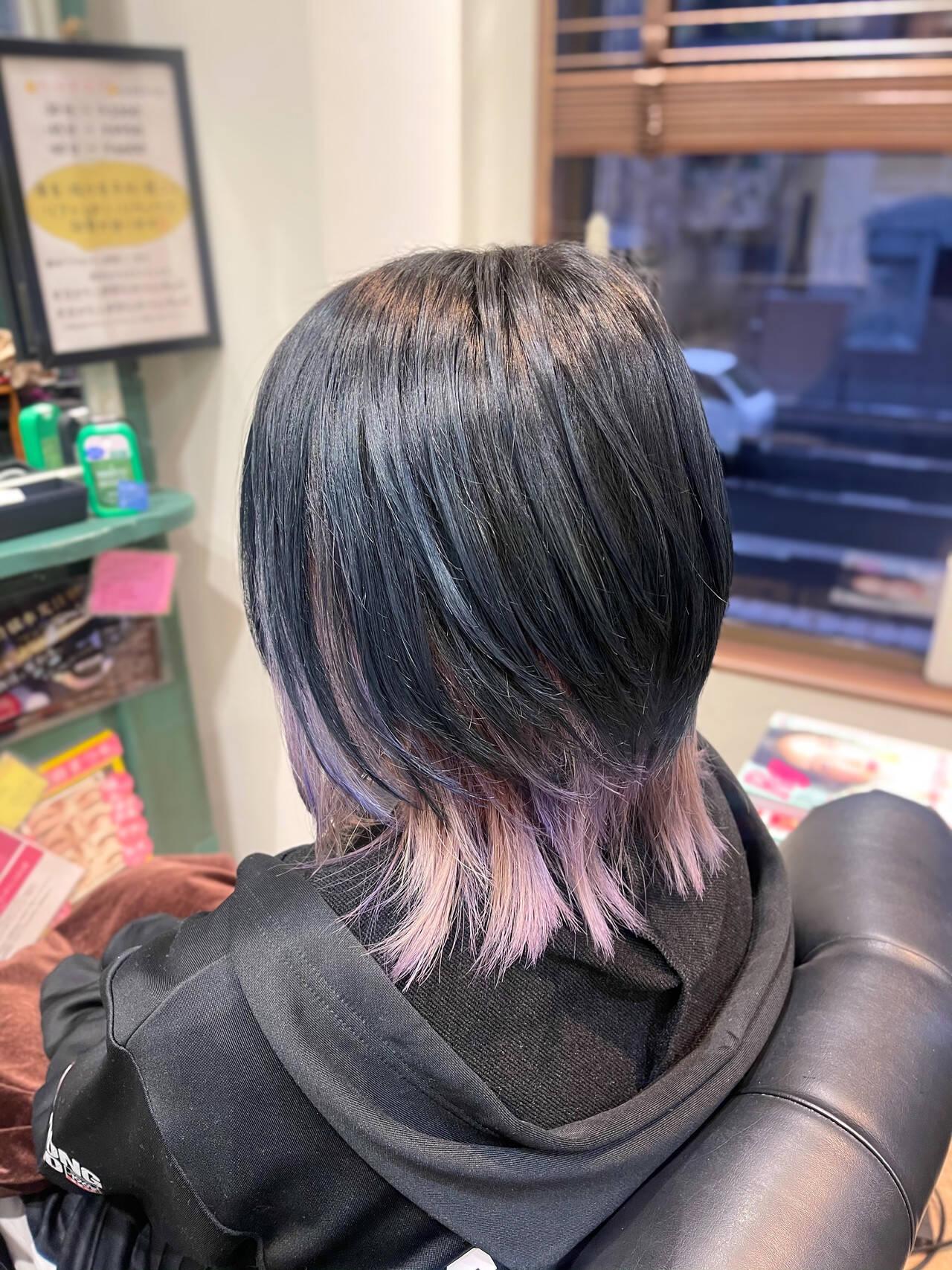 ウルフカット 暗髪 インナーカラーパープル ショートヘアスタイルや髪型の写真・画像