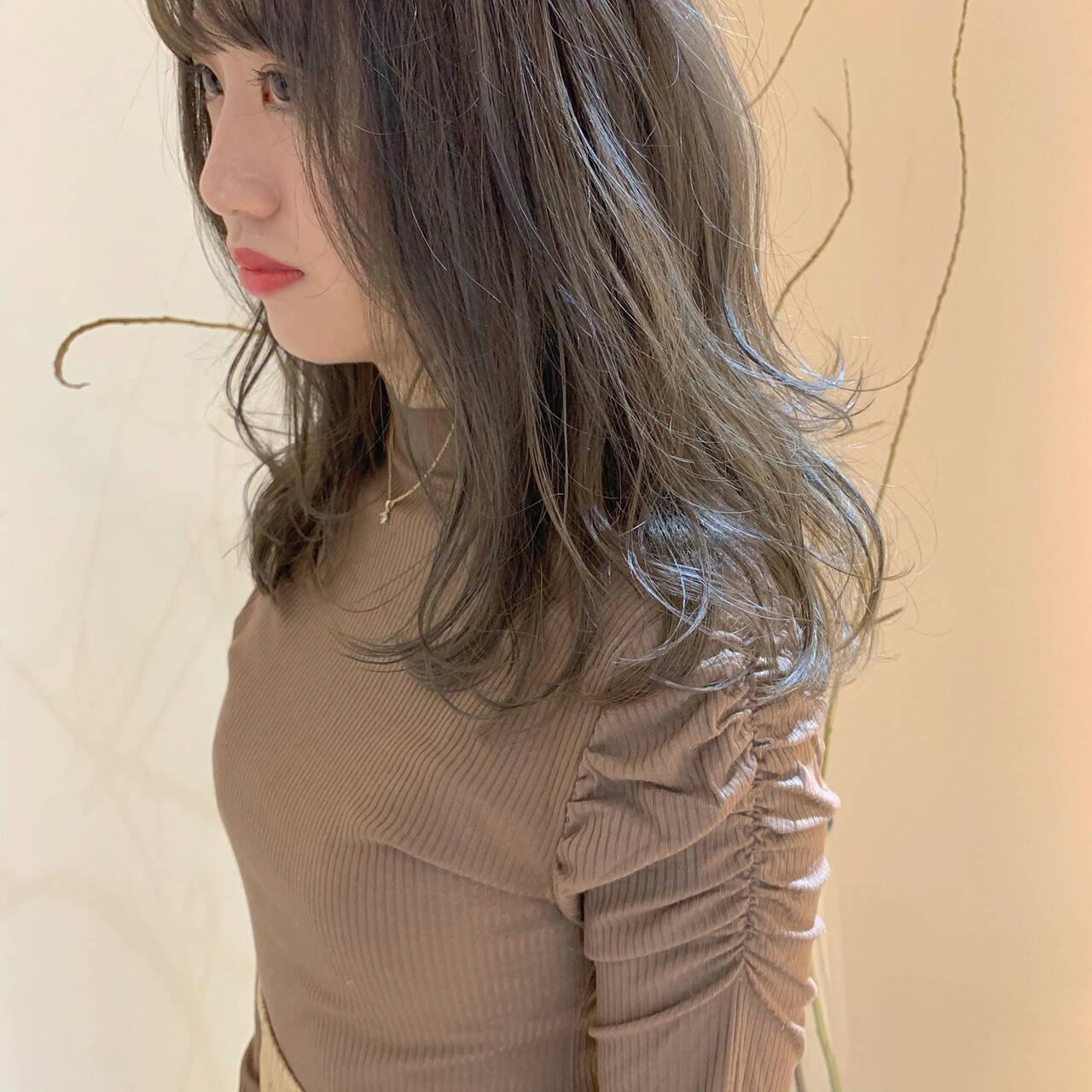 オリーブグレージュ オリーブアッシュ ミディアム ヌーディーベージュヘアスタイルや髪型の写真・画像
