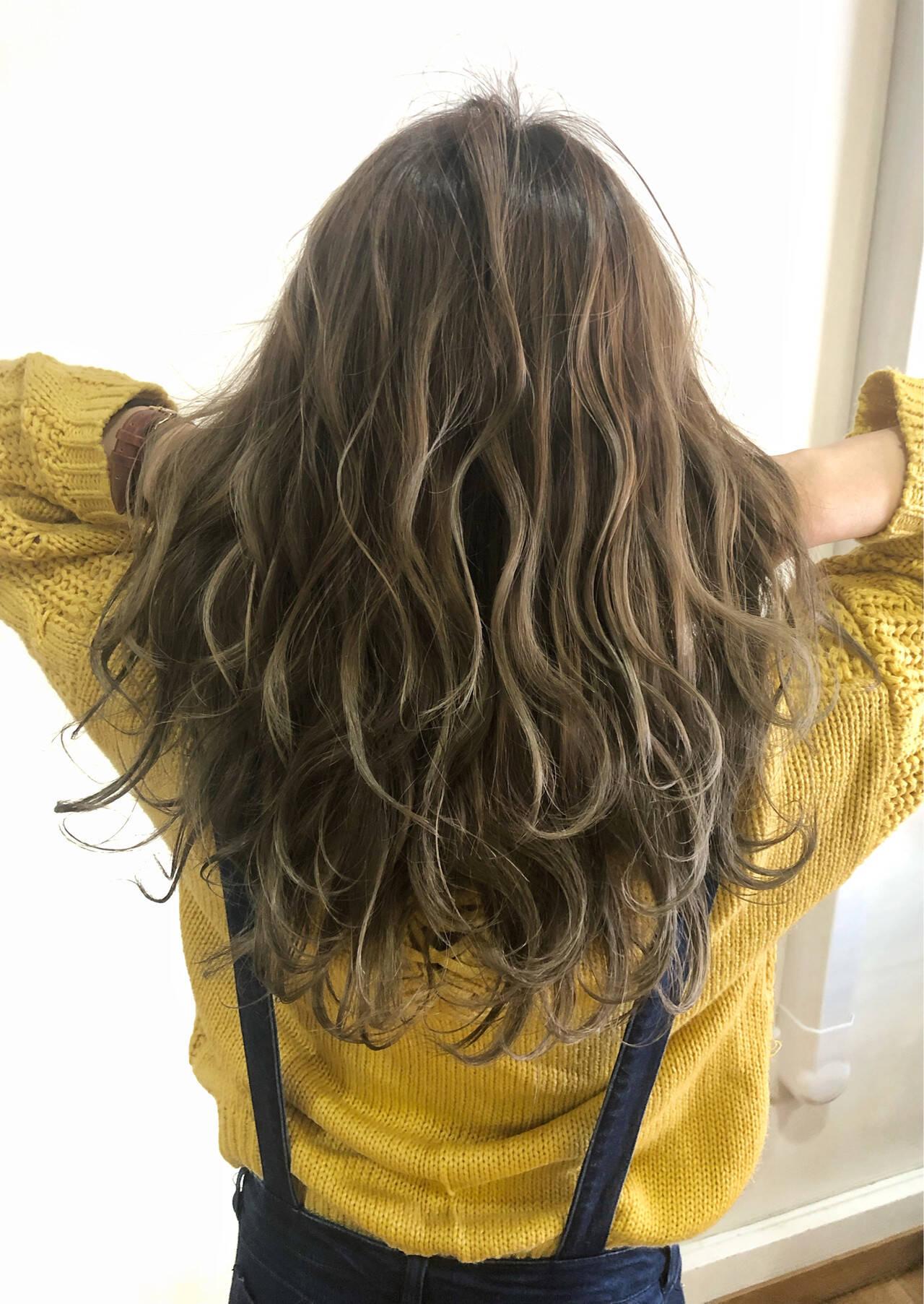 グレージュ グラデーションカラー 外国人風カラー フェミニンヘアスタイルや髪型の写真・画像