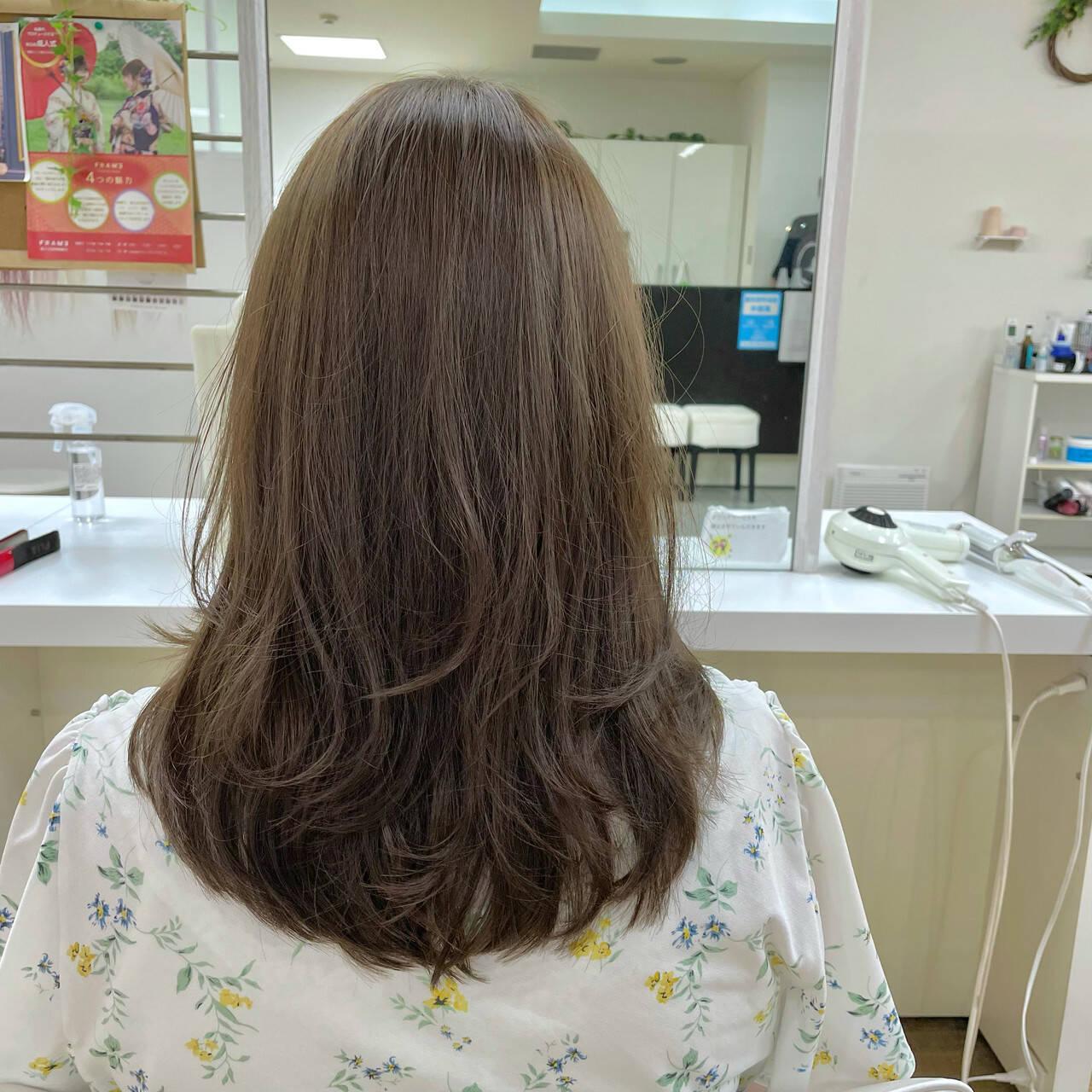 ワンカールスタイリング オリーブカラー コテ巻き ナチュラルヘアスタイルや髪型の写真・画像