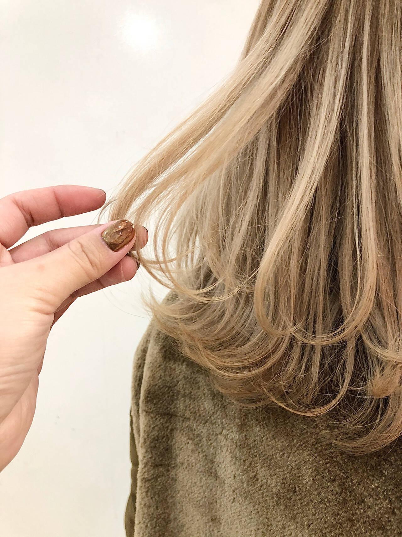 フェミニン ハイトーン ウルフ女子 ミディアムヘアスタイルや髪型の写真・画像