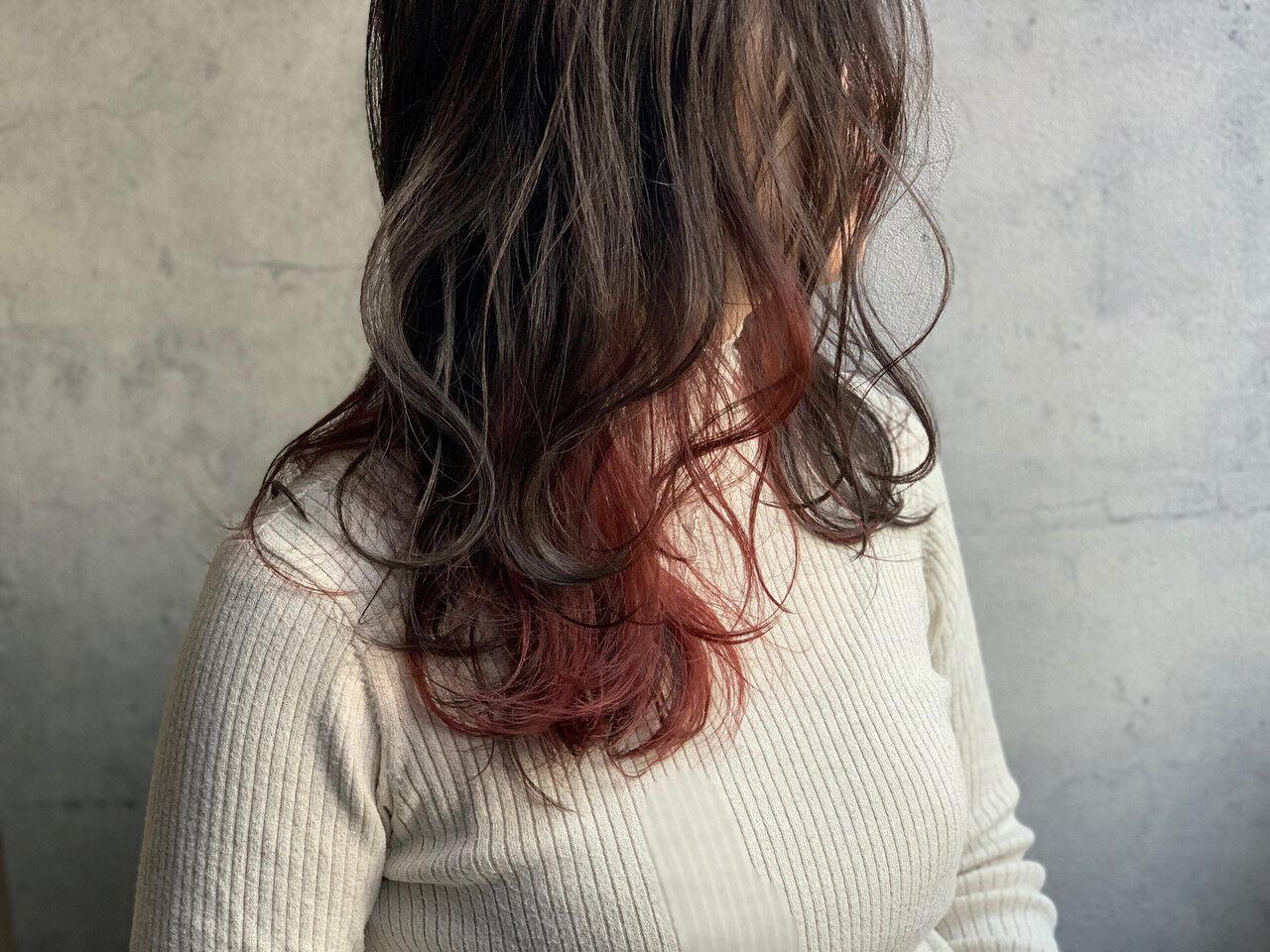 フェミニン ピンクバイオレット インナーカラー くびれカールヘアスタイルや髪型の写真・画像