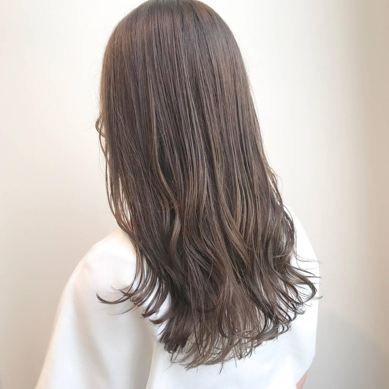 グレージュ アッシュベージュ ナチュラル セミロングヘアスタイルや髪型の写真・画像
