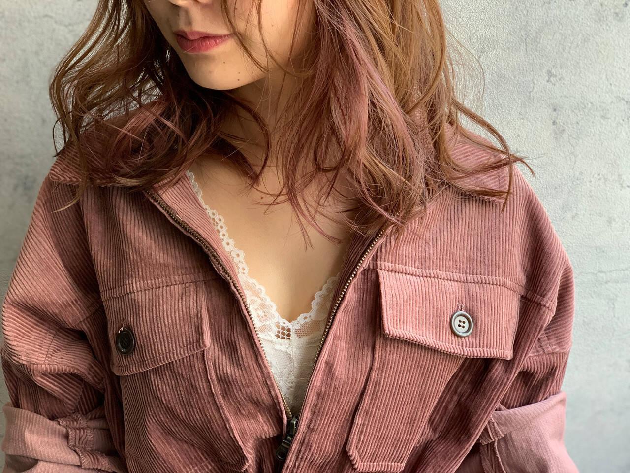 インナーカラー 大人かわいい インナーピンク ナチュラルヘアスタイルや髪型の写真・画像