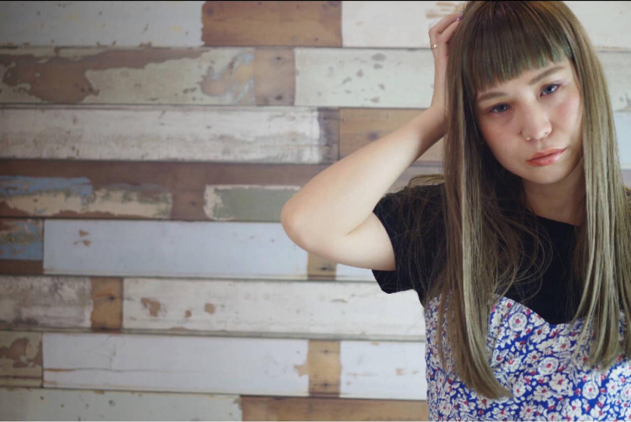 ガーリー ストリート ロング オリーブアッシュヘアスタイルや髪型の写真・画像