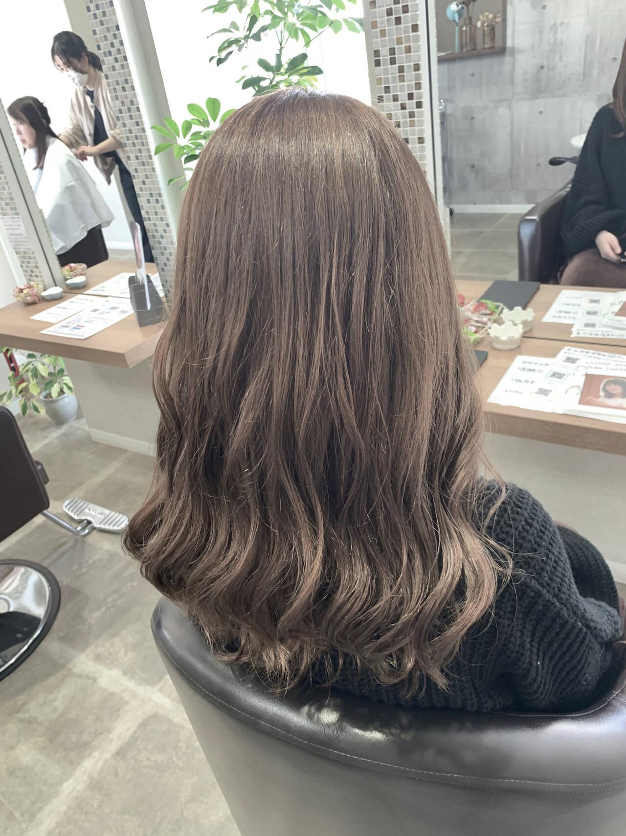 ミルクティーベージュ ココアベージュ セミロング フェミニンヘアスタイルや髪型の写真・画像