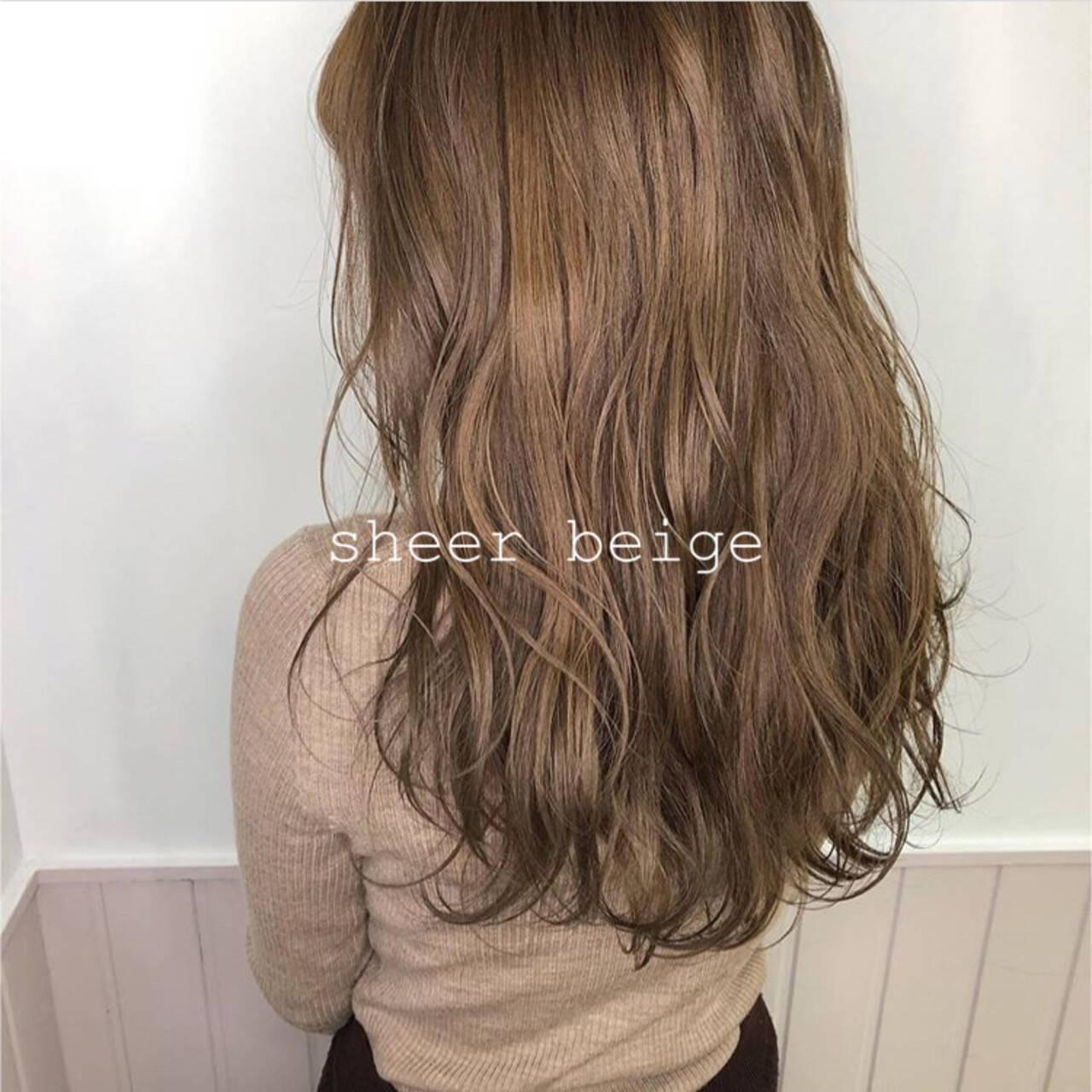 デザインカラー シアーベージュ ロング ナチュラルヘアスタイルや髪型の写真・画像