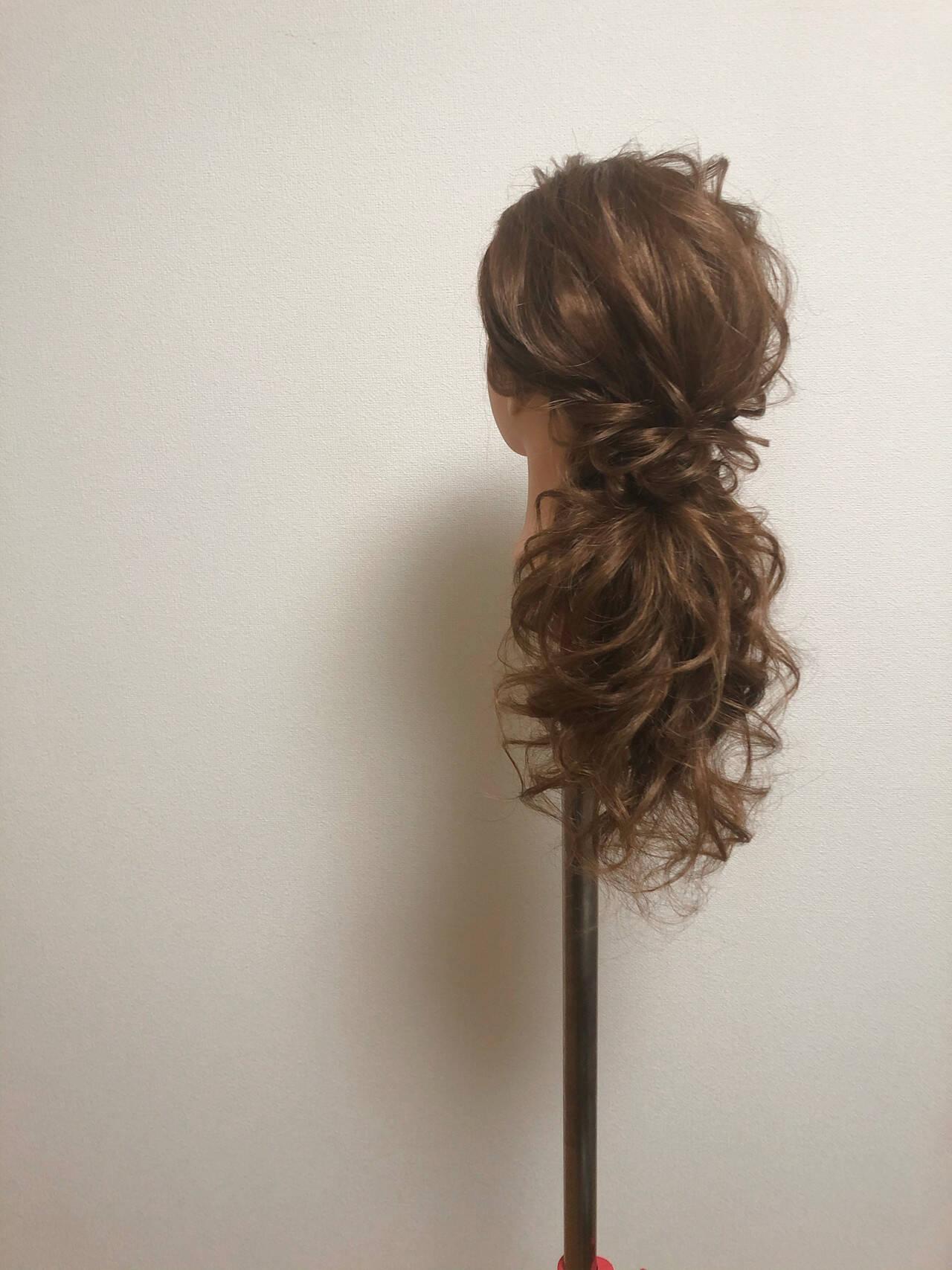 ねじり ローポニー セミロング ポニーテールアレンジヘアスタイルや髪型の写真・画像