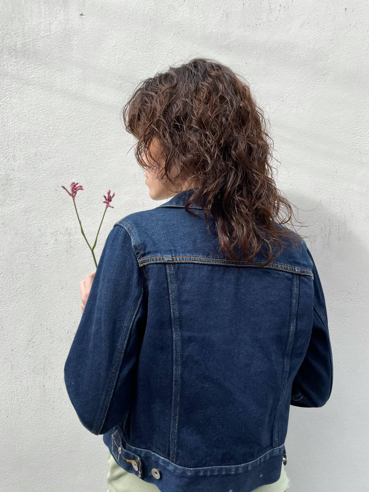 ミディアム 前髪パーマ ウルフカット ナチュラルヘアスタイルや髪型の写真・画像