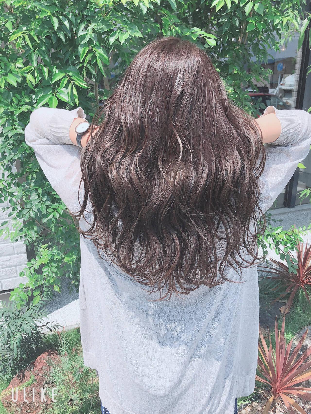 オリーブグレージュ ロング 大人カラー ナチュラルヘアスタイルや髪型の写真・画像