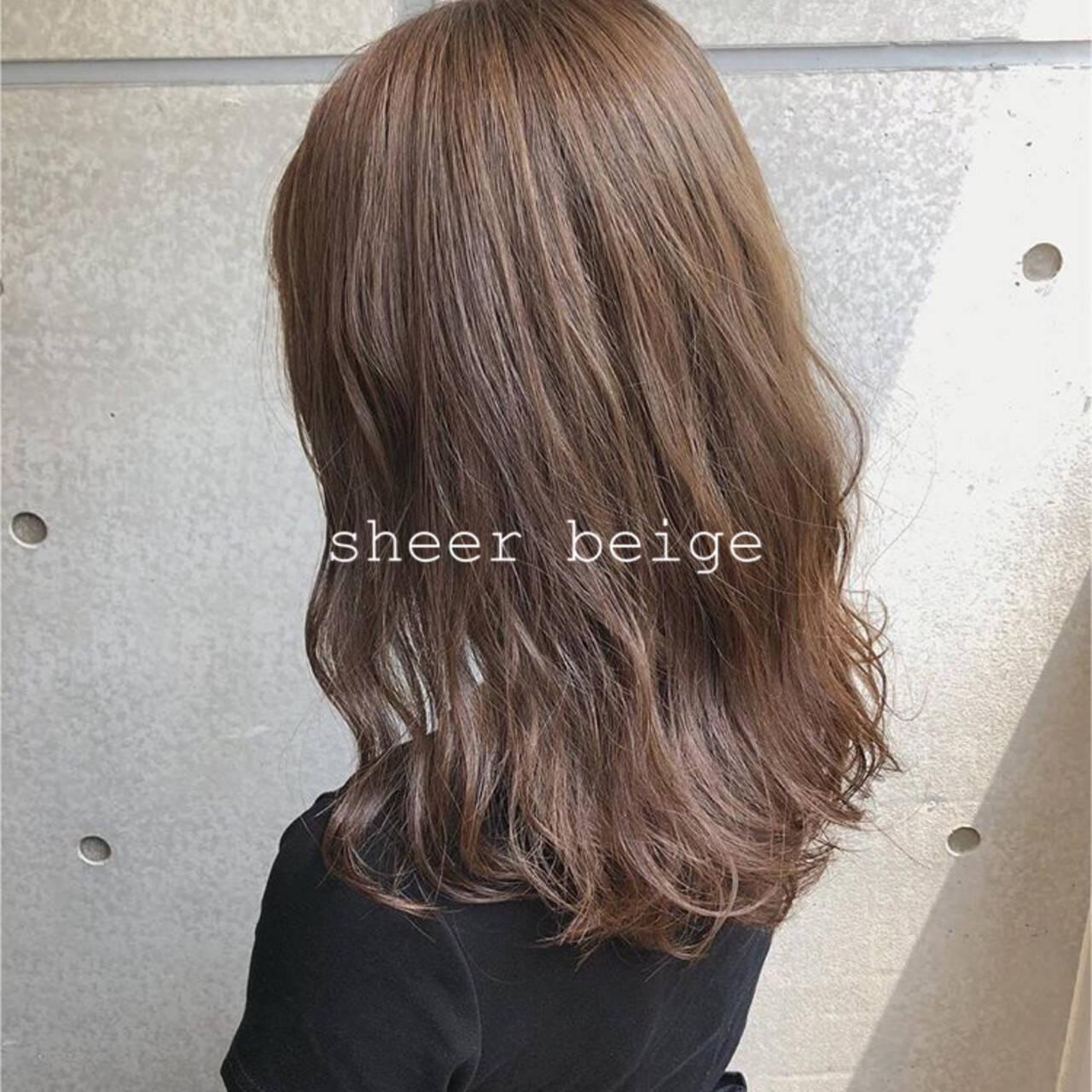 アッシュベージュ アッシュブラウン ナチュラルベージュ コテ巻きヘアスタイルや髪型の写真・画像
