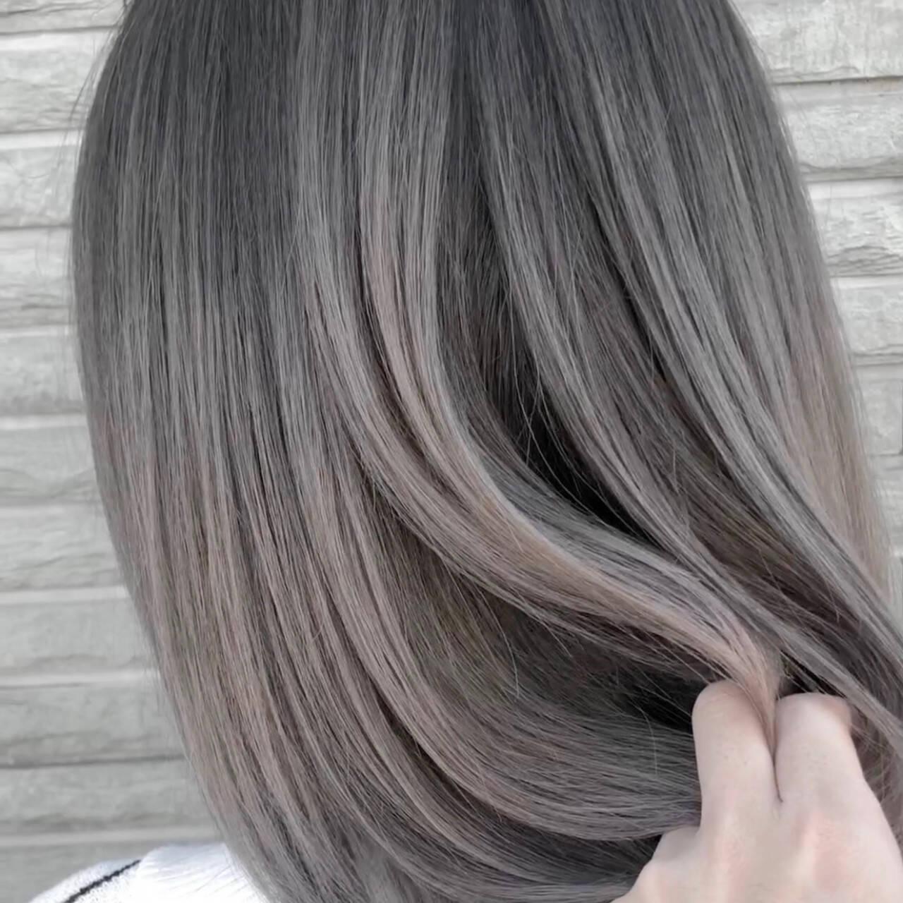 グレージュ アッシュベージュ ミディアム シルバーアッシュヘアスタイルや髪型の写真・画像