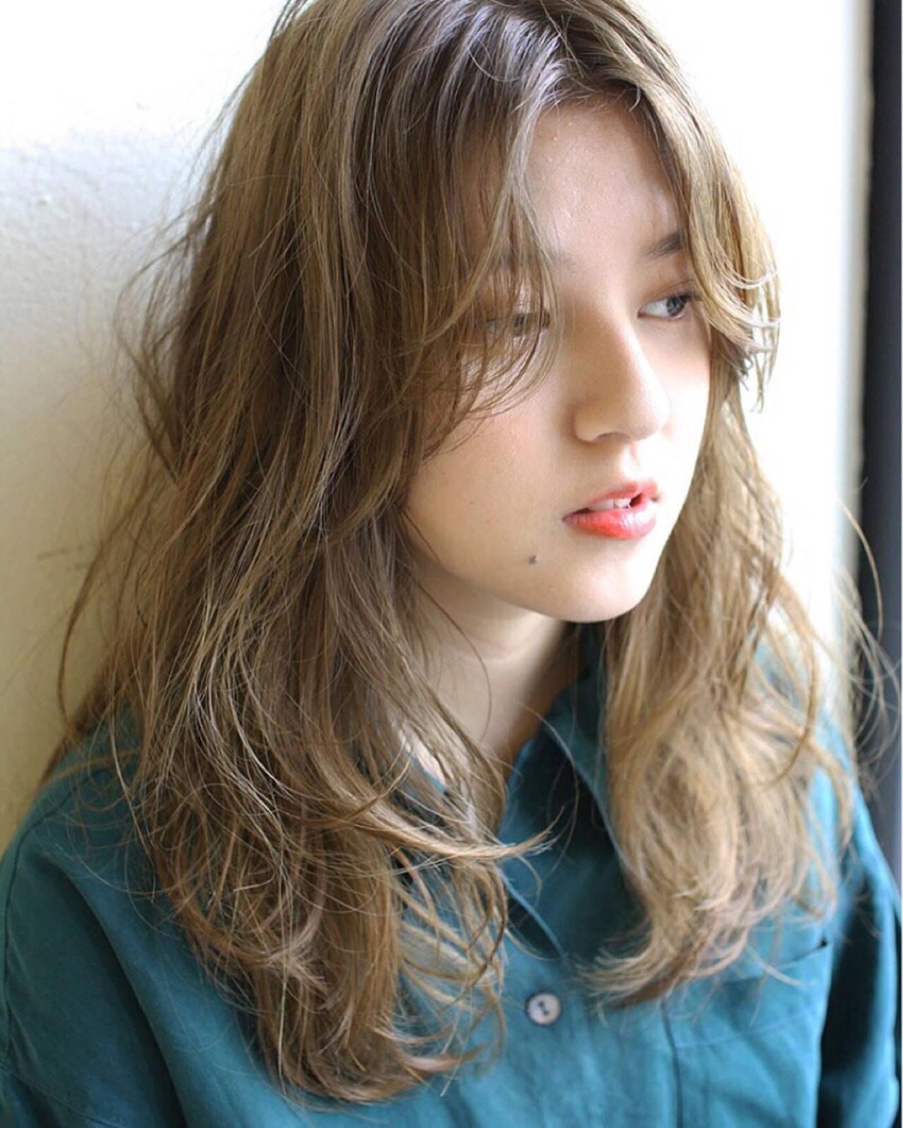 セミロング ウェーブ 透明感 アンニュイヘアスタイルや髪型の写真・画像