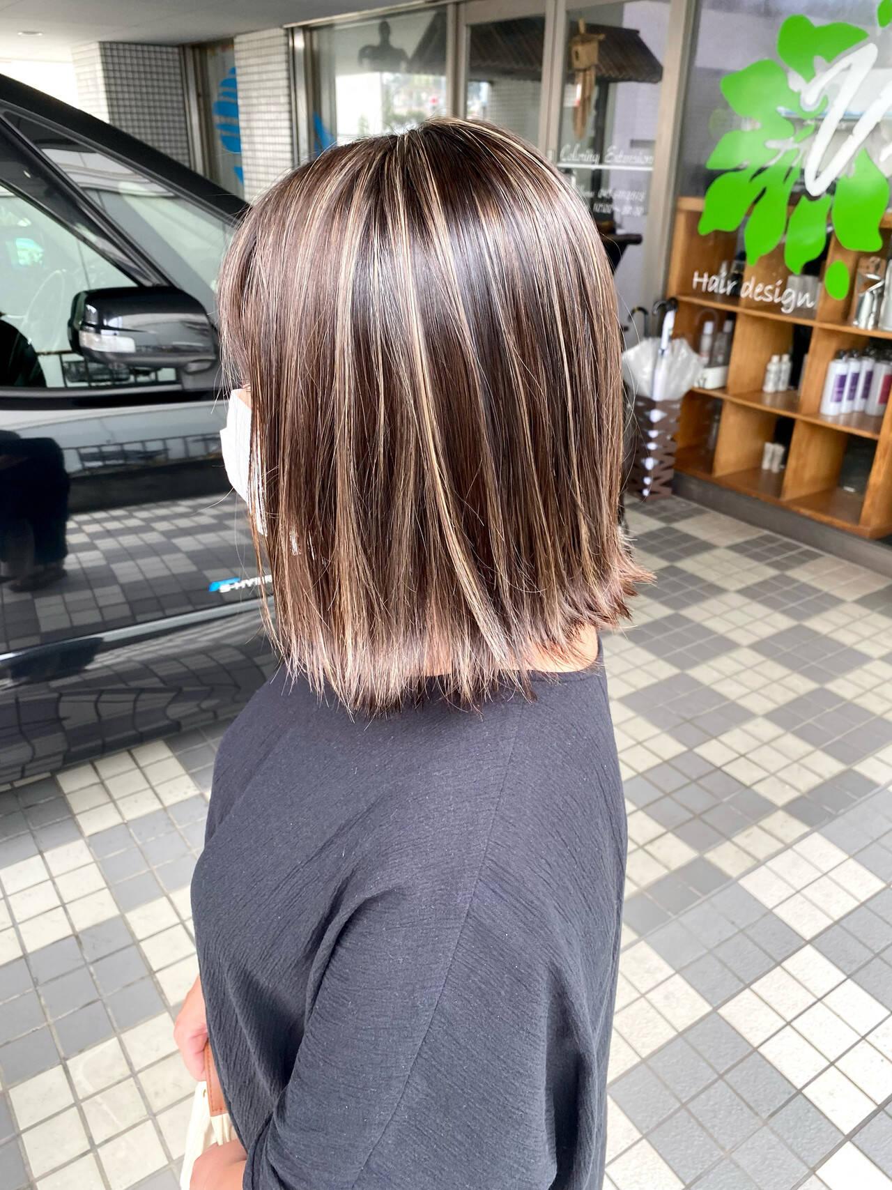 グレージュ コントラストハイライト 切りっぱなしボブ ストリートヘアスタイルや髪型の写真・画像
