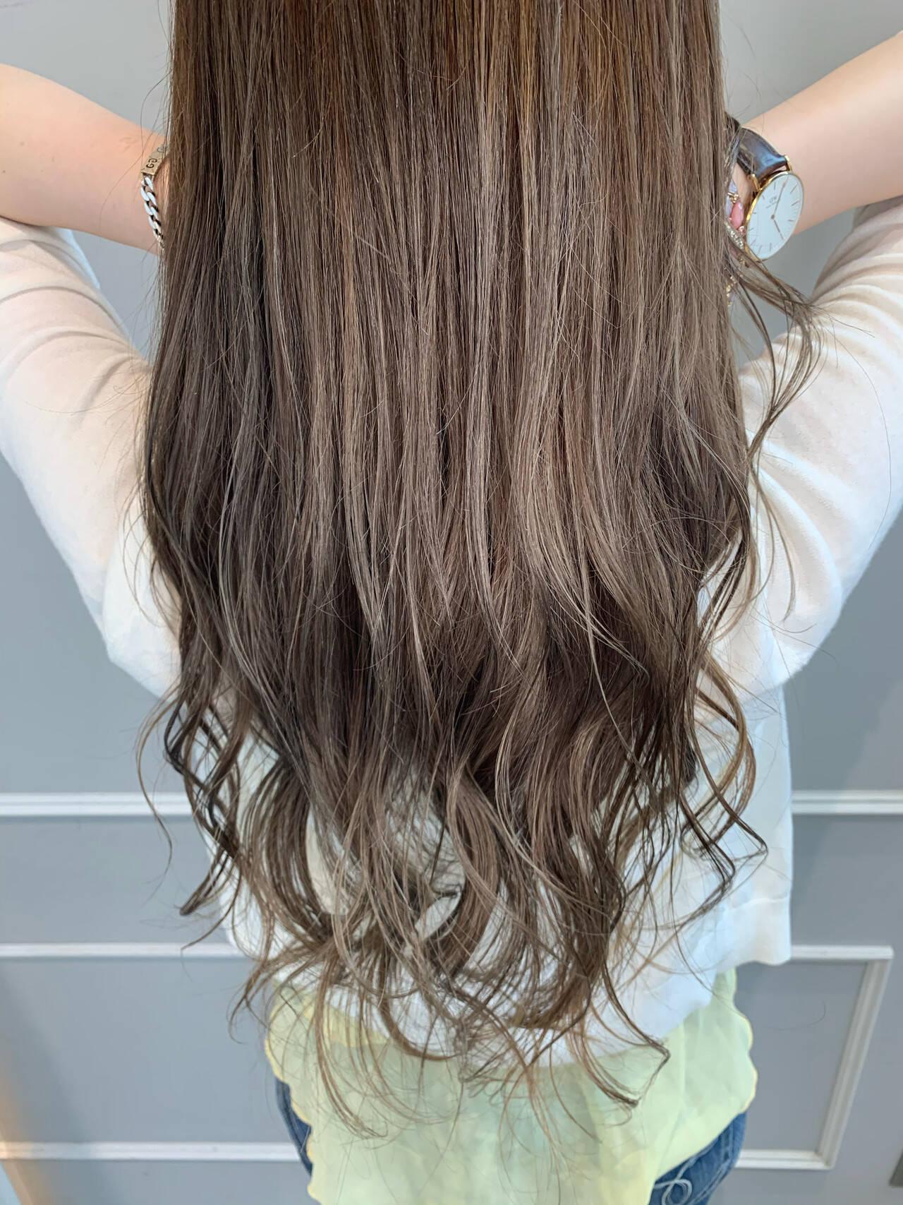 コンサバ ハイライト ロング アッシュベージュヘアスタイルや髪型の写真・画像