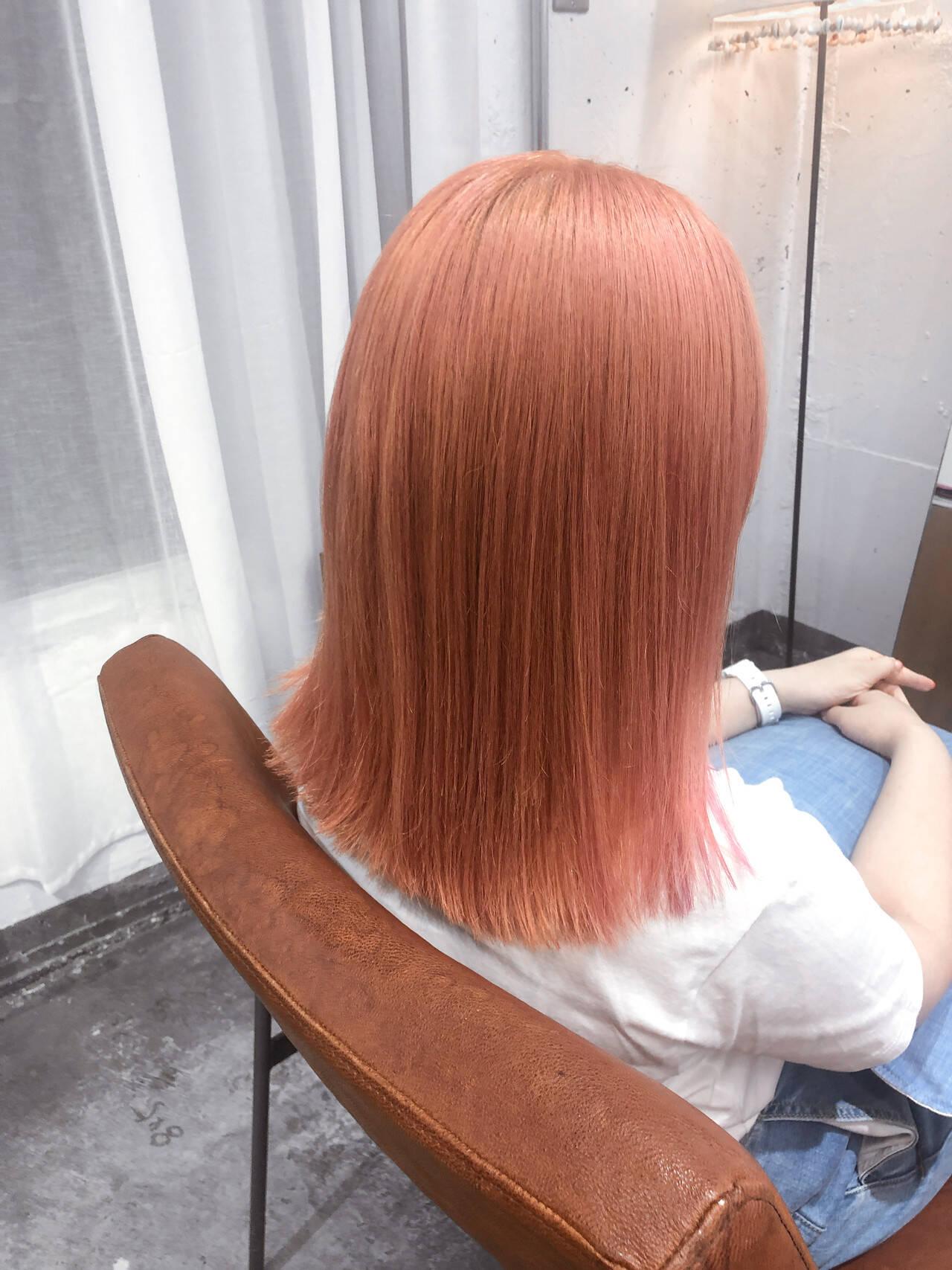 ミディアム ピンク ストリート サーモンピンクヘアスタイルや髪型の写真・画像