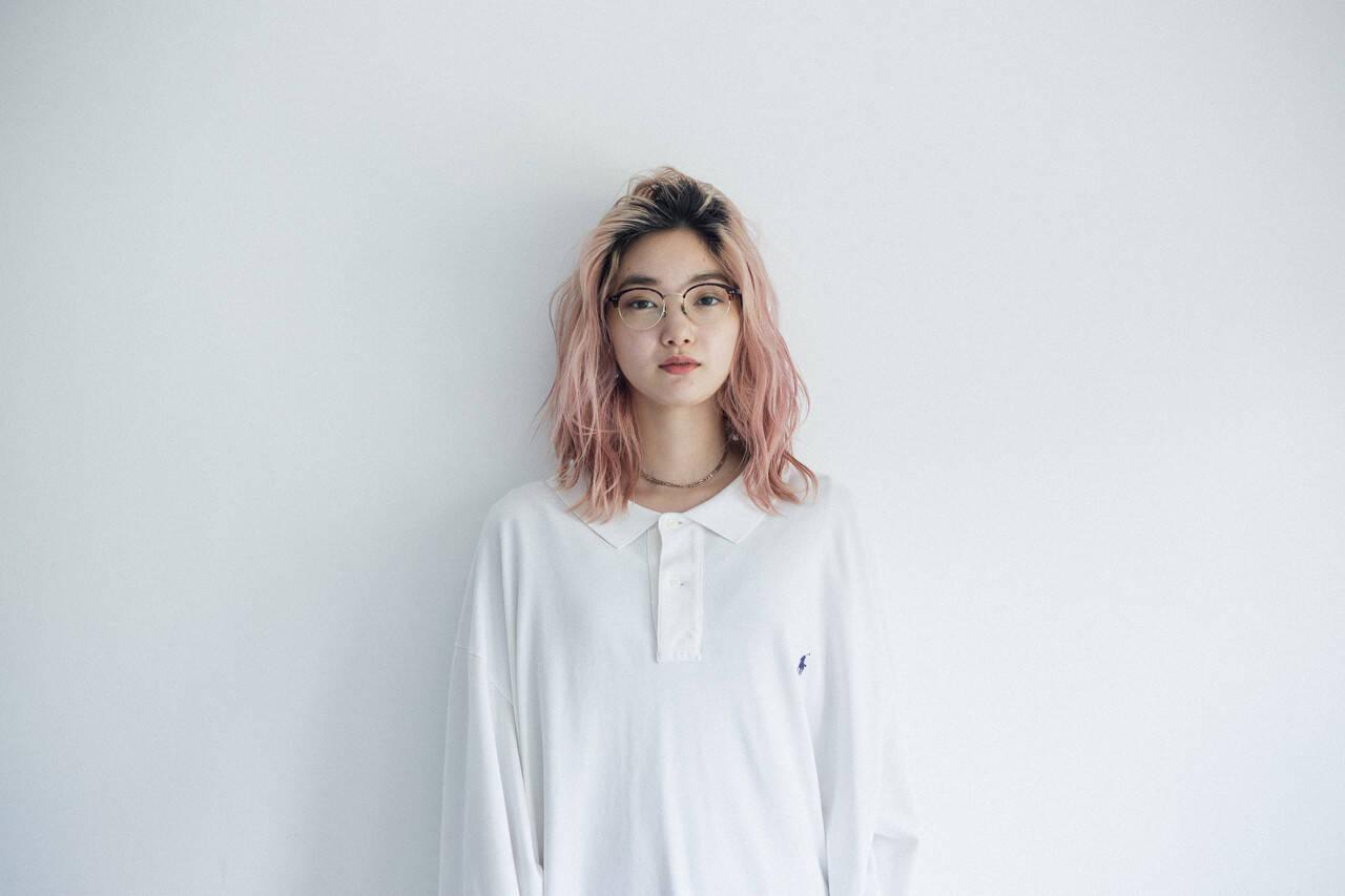 スポーツ ピンクカラー パーマ ナチュラルヘアスタイルや髪型の写真・画像