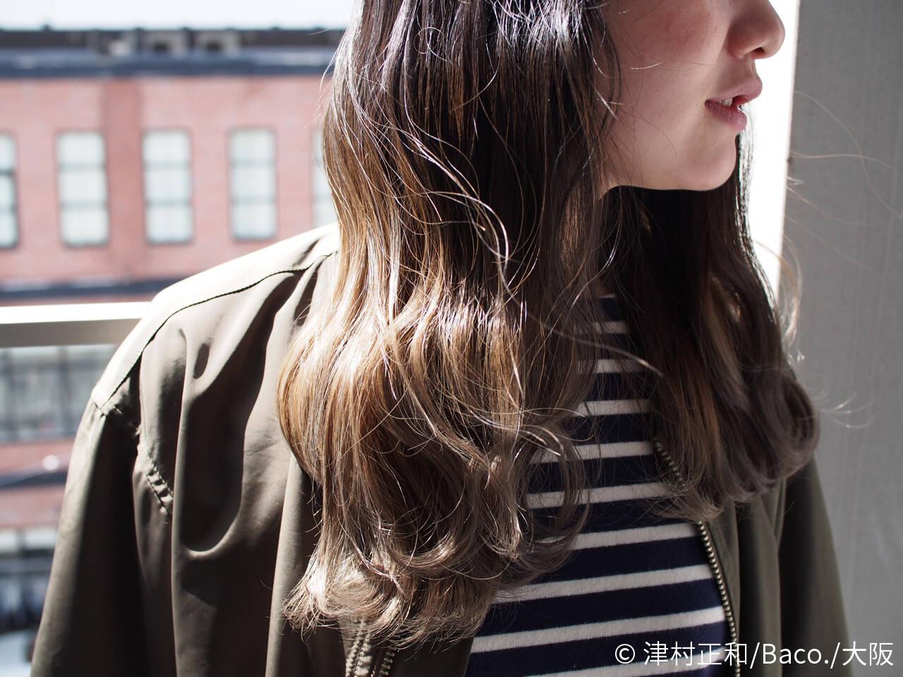 ミディアム アッシュベージュ グラデーションカラー ナチュラルヘアスタイルや髪型の写真・画像