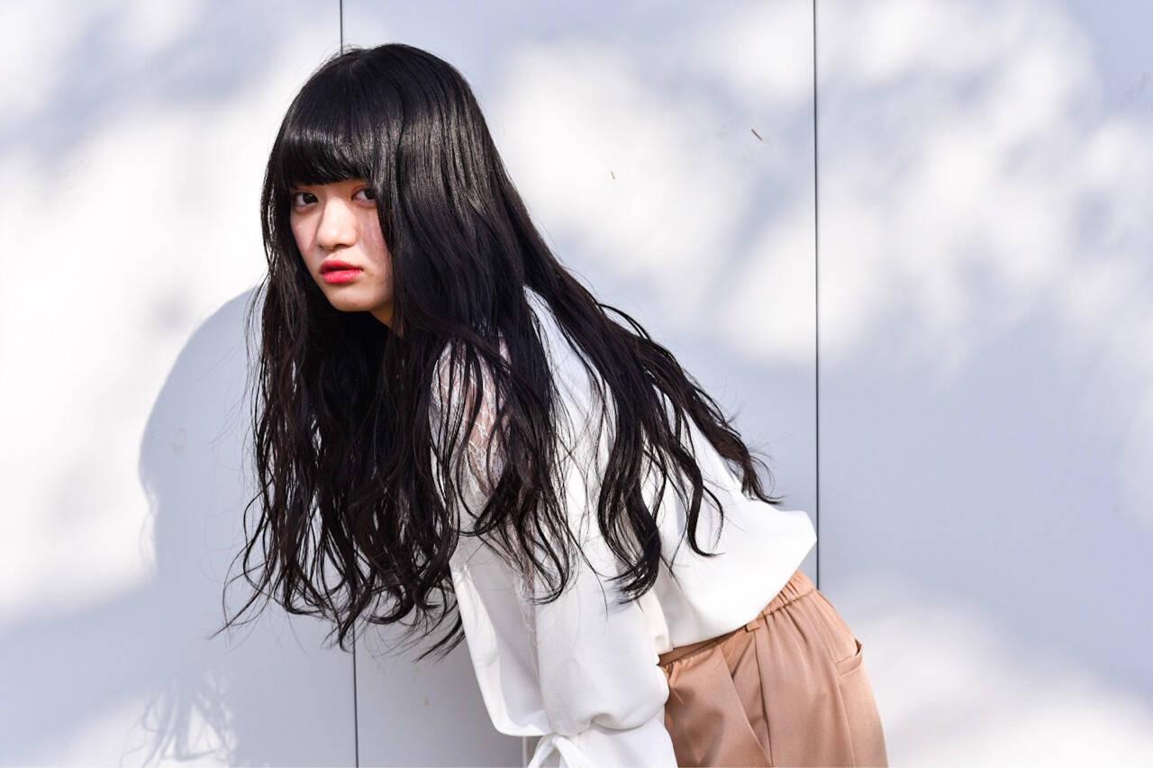 暗髪 グレージュ ロング ゆるふわヘアスタイルや髪型の写真・画像