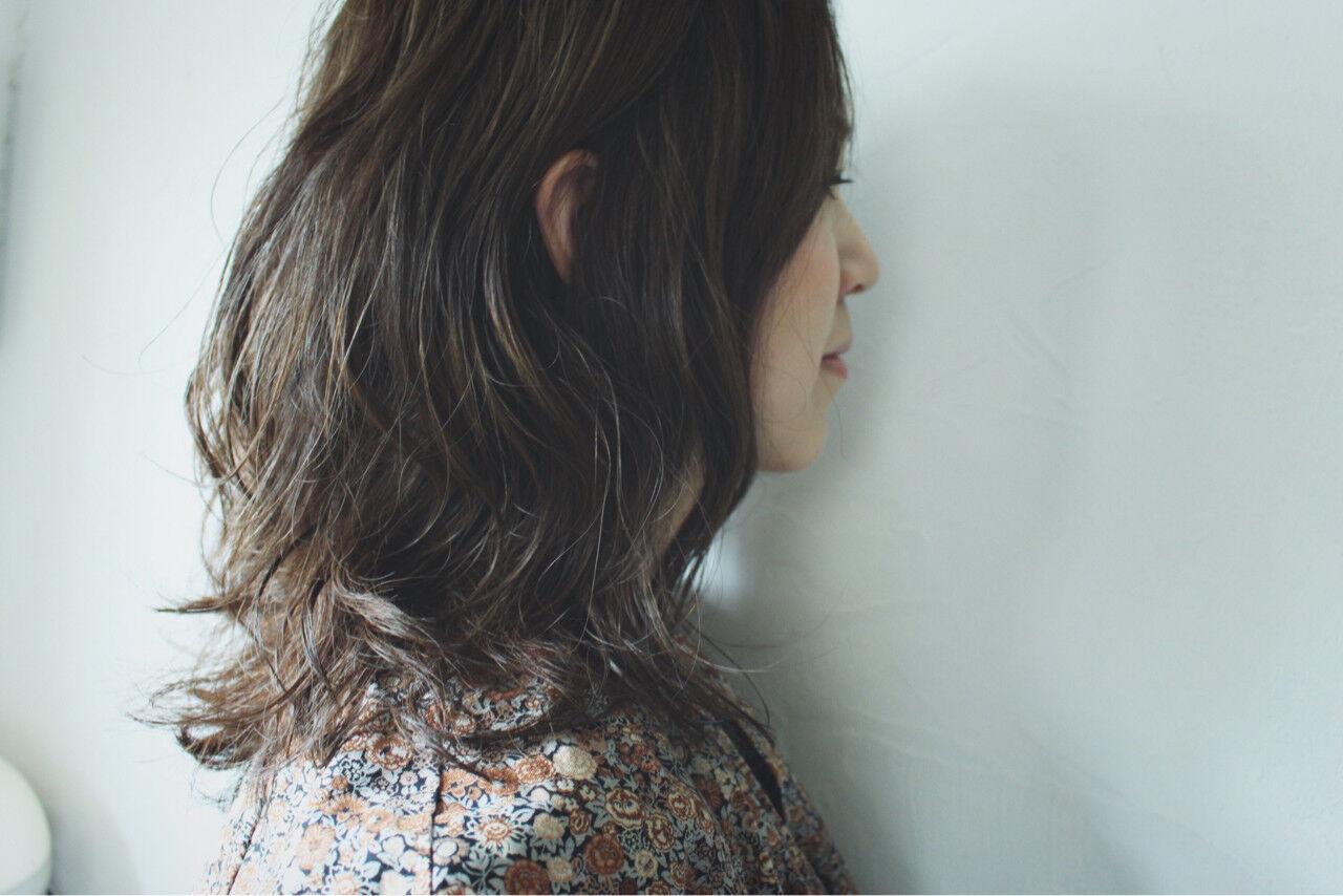 セミロング 秋 暗髪 グレーヘアスタイルや髪型の写真・画像