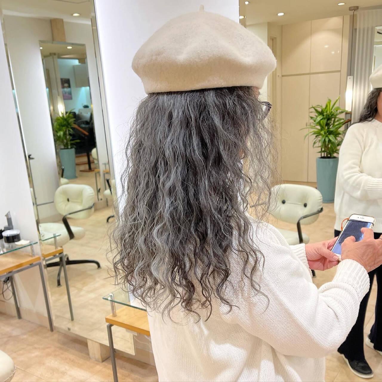 スパイラルパーマ ベレー帽 帽子アレンジ モードヘアスタイルや髪型の写真・画像