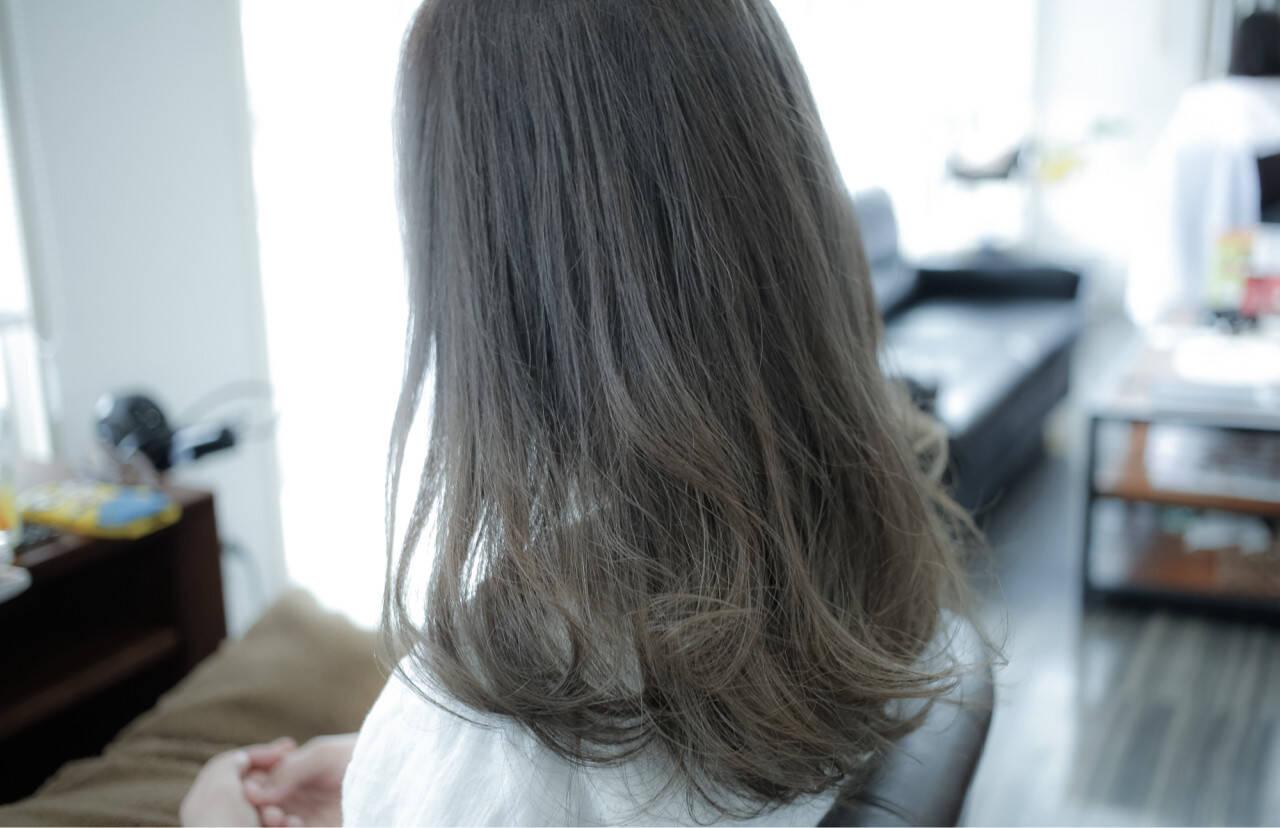 ミディアム グレージュ 暗髪 アッシュヘアスタイルや髪型の写真・画像